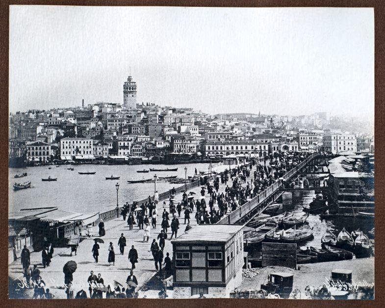 """""""Old Bridge before the Beginning of Construction"""". Vor der Eröffnung und Fertigstellung der Galata-Brücke 1912 gab es drei Vorgängerbauten, z. T. aus Holz wie die erste von 1845"""