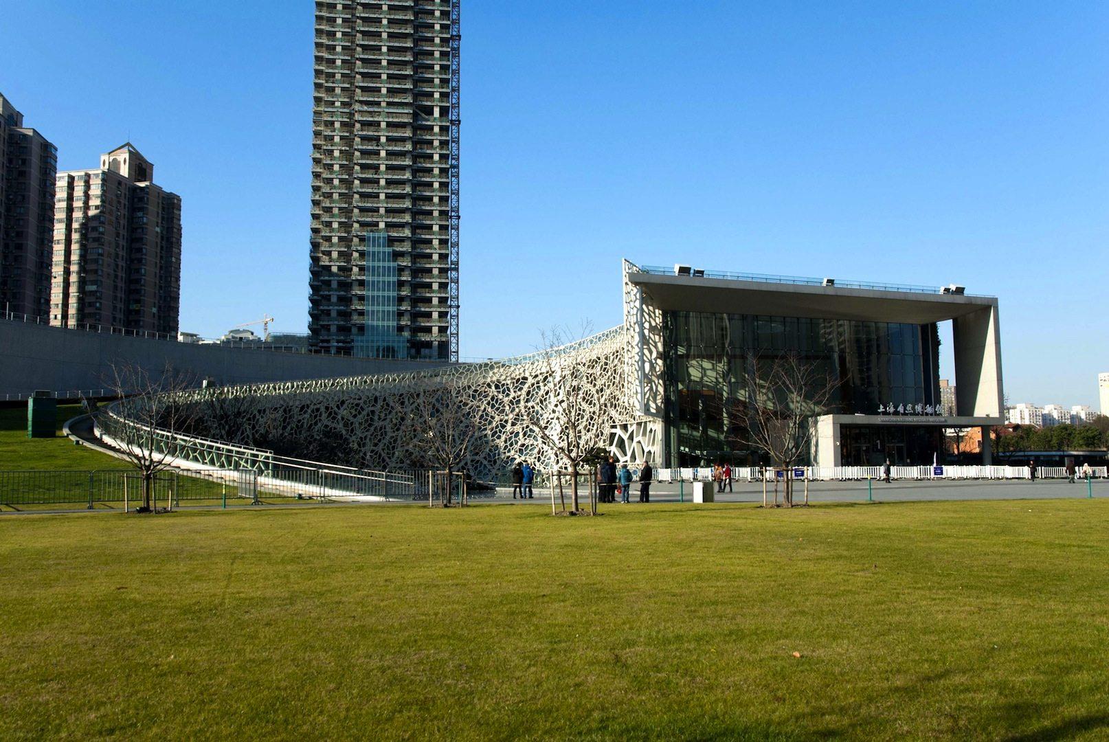 Shanghai Natural History Museum. 2014 –Shanghai, Puxi, Jing'an Sculpture Park. Von Perkins+Will. Inspiriert von der Struktur einer Nautilus-Hülle, kann man in dem Gebäude viele Elemente der Natur wiedererkennen. So wird zum Beispiel das Tageslicht durch eine der Natur nachempfundenen Glaskonstruktion gefiltert und zu einer natürlicheren Erhellung der Räumlichkeiten genutzt.