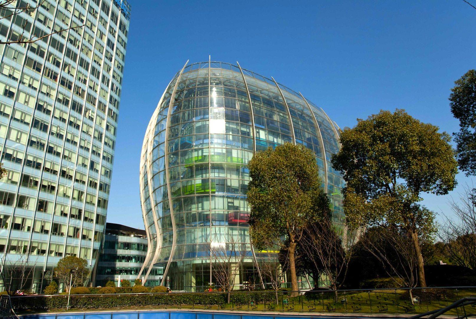 """Shanghai Port International Cruise Terminal. 2010 – Shanghai, Puxi, Hongkou. Von Spark Architects. Auffallend an dem Gebäude ist der Ausstellungsraum """"Shanghai Chandelier"""", das neben einer spektakulären Formensprache auch durch ein stimmiges Nachhaltigkeitskonzept überrascht. So werden bei dem Projekt erneuerbare Energien eingesetzt, wie zum Beispiel eine Technologie, die als erstes das nahegelegene Flusswasser für ein Gebäude-Kühlsystem nutzt."""