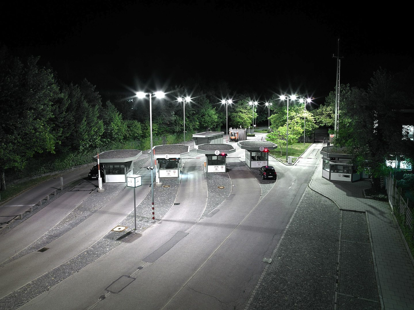 Neuer Geländeteil.  Haupteinfahrt mit Pförtnerhäusern