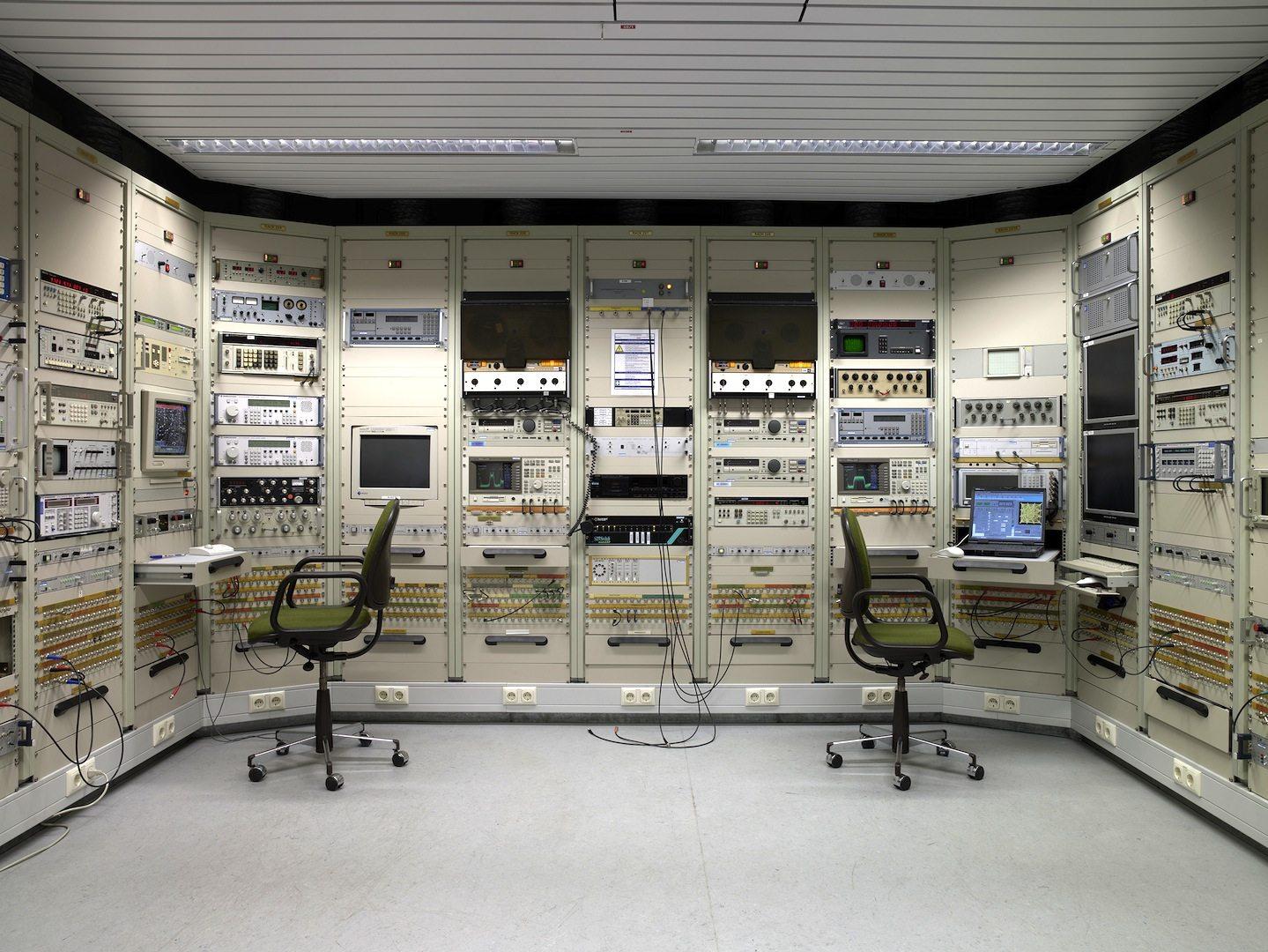 """Geheimer Standort außerhalb Pullachs. Kontrollraum """"Signal Intelligence"""" (SIGINT)"""