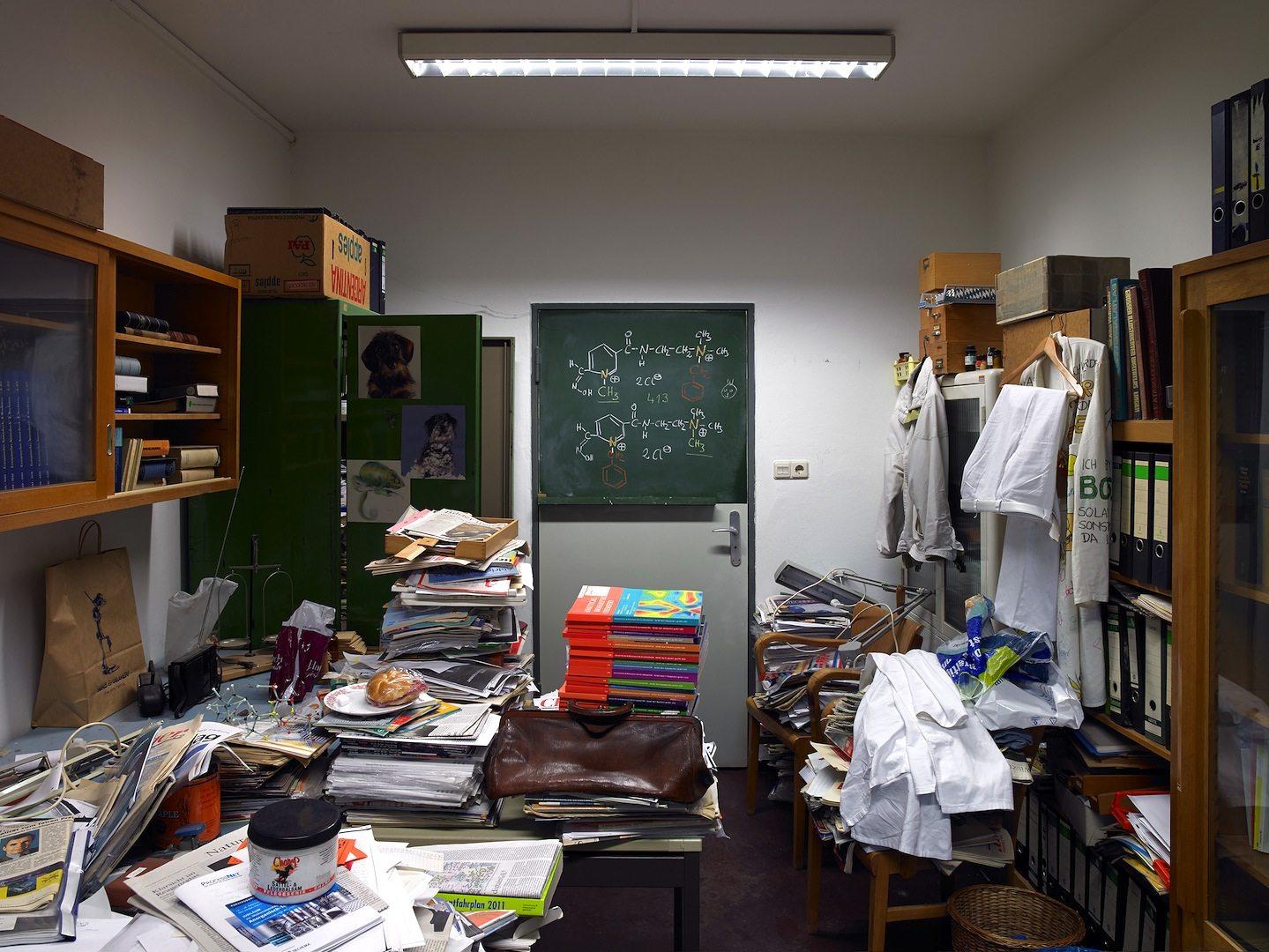 Neuer Geländeteil, Chemielabore. Büro eines Naturwissenschaftlers mit belegtem Brötchen
