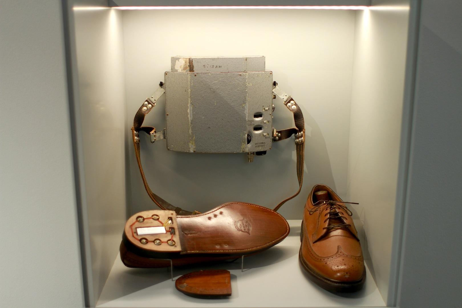 Wanzen-Treter. Schuhabsatz mit Wanze, (vermutlich) vom rumänischen Geheimdienst; späte 1960er-Jahre.