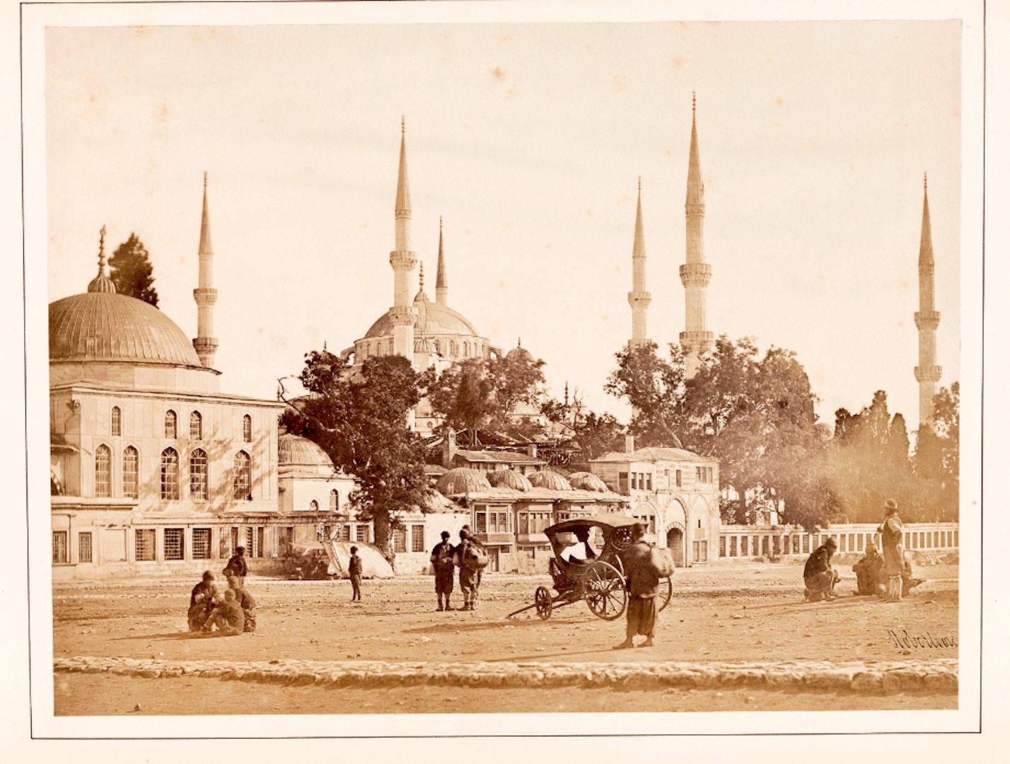 """""""Sultan Ahmet Mosque and the Hippodrome"""".  Einer der ersten, der Istanbul fotografisch dokumentierte, war der schottische Fotograf Jamers Robertson. Ihm war die Darstellung der historisch-architektonischen Monumente ebenso wichtig wie das Festhalten der Aktivitäten der Menschen auf seinen Bildern."""