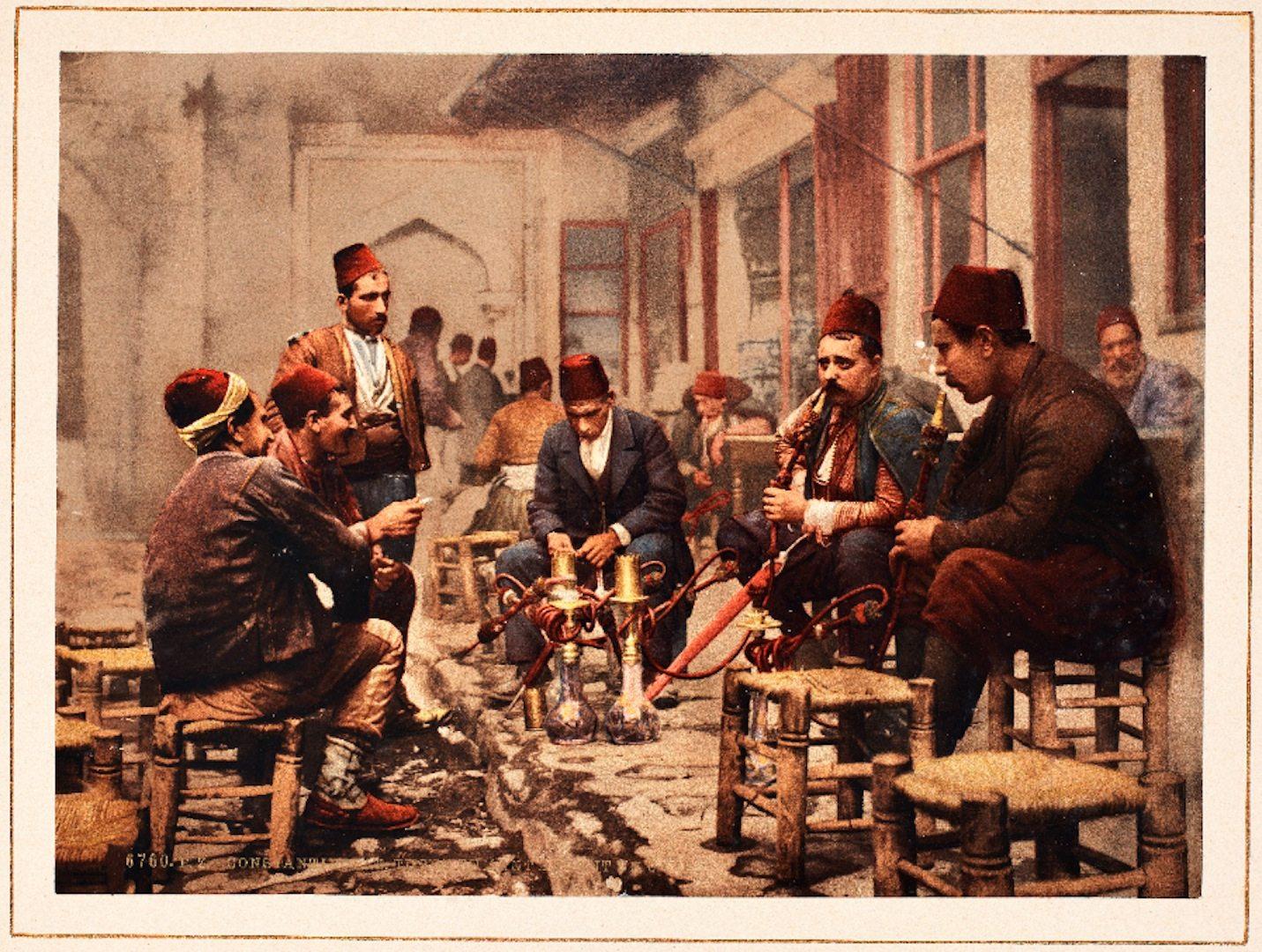 """""""Water pipe smokers"""".  Dieses Bild zeigt ein beliebtes Kaffeehaus der Stadt im späten 19. Jahrhundert und ist eins der wenigen handkolorierten Exemplare jener Zeit."""