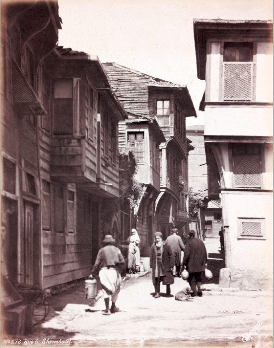"""""""Wooden houses of Istanbul"""".  Der schwedische Fotograf Guillaume Berggren hatte Fotografie in Berlin studiert, bevor er nach Istanbul auswanderte und dort ein erfolgreiches Studio etablierte. Sein Studio befand sich in Beyoğlu."""