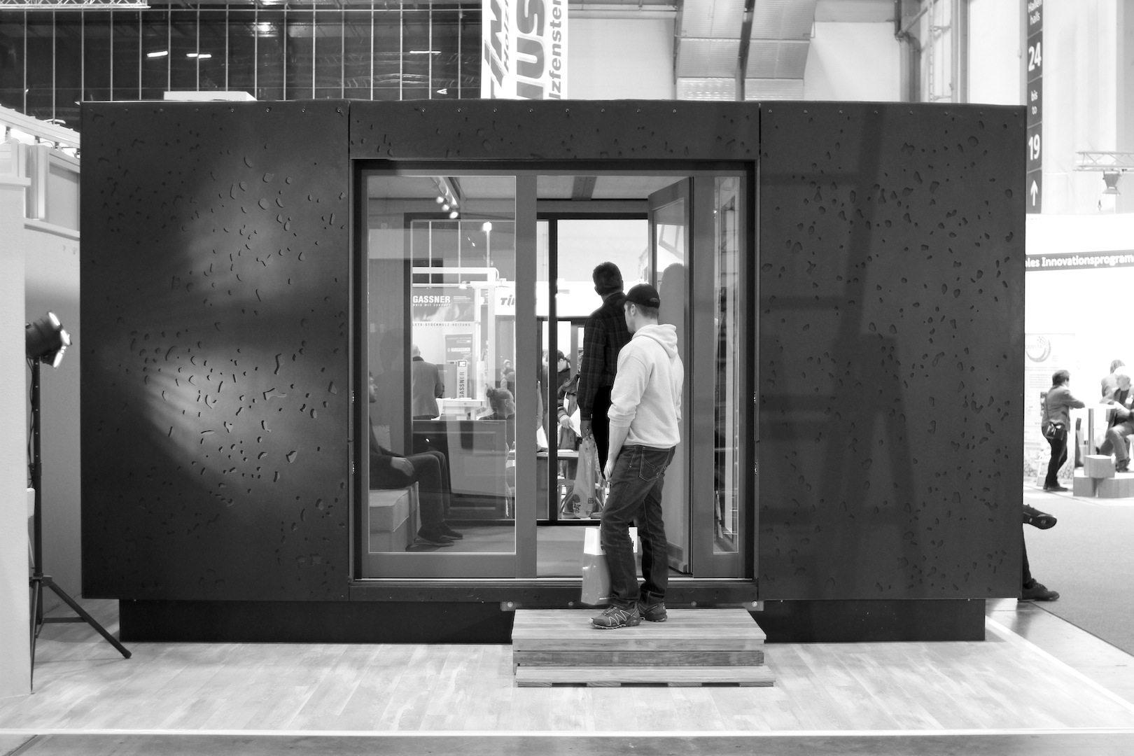 Das Schrankhaus.  Ein Projekt der FH Potsdam in Zusammenarbeit mit der HNE Eberswalde und der Firma Müller-Zeiner. Hülle und Interieur sind in modularer Bauweise konzipiert, um eine hohe Mobilität der Micro-Architektur zu gewährleisten. Das CNC-gefräste Muster der Fassade ist der offenporigen Oberfläche eines geschliffenen Vulkangesteins nachempfunden. Oberflächenmaterial: hochverdichteter Faserverbundwerkstoff.