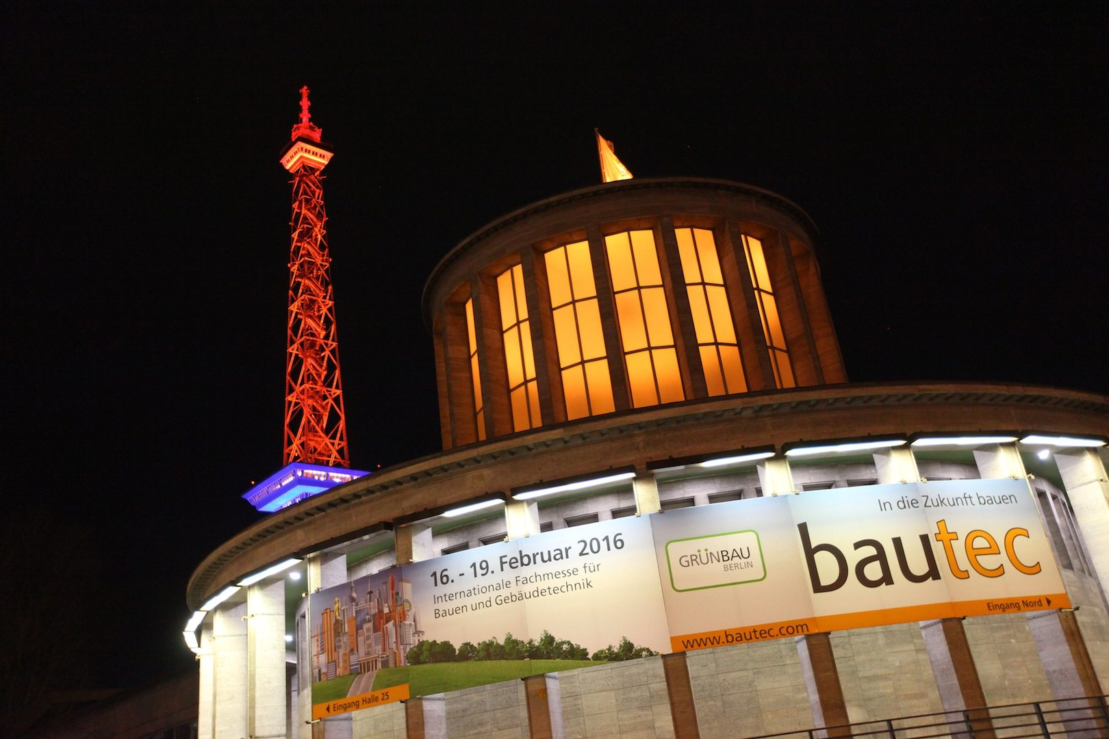 bautec 2016.  Funkturm bei Nacht