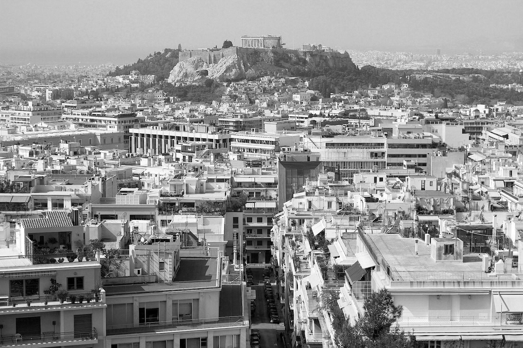 Die Akropolis. Die Hochstadt der Klassik, vom nördlich gelegenen Kolonaki-Viertel aus gesehen, erhebt sich auf einem 156 Meter hohen Kalksteinsockel über der Athener Ebene. Die Ruinen der noch bestehenden Bauten prägen maßgeblich unser Bild der Antike.