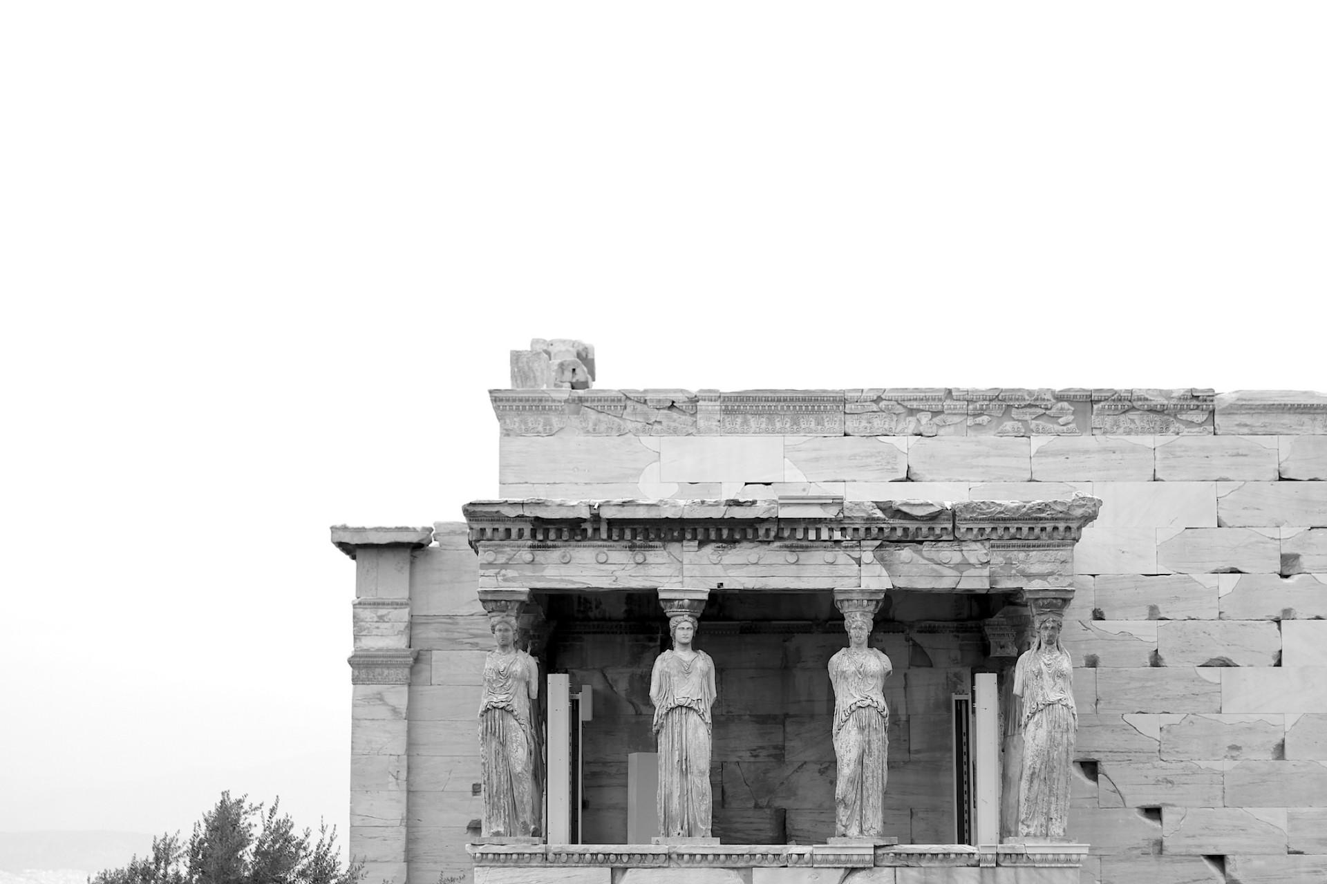 Das Erechtheion. Er ist seit jeher der heilige Ort auf der Akropolis. Verschiedene kultische Funktionen und ionische Raumkomponenten wurden harmonisch zu einem Ganzen gefügt. Besonders augenfällig ist die Korenhalle an der Südansicht. Sie ist, anders als die übrigen Ansichten, schlicht mit einem Flachdach gedeckt und ohne Giebeldreieck ausgebildet. Sechs schlanke Mädchengestalten tragen die schwere Last des Gebälks: die Karyatiden.