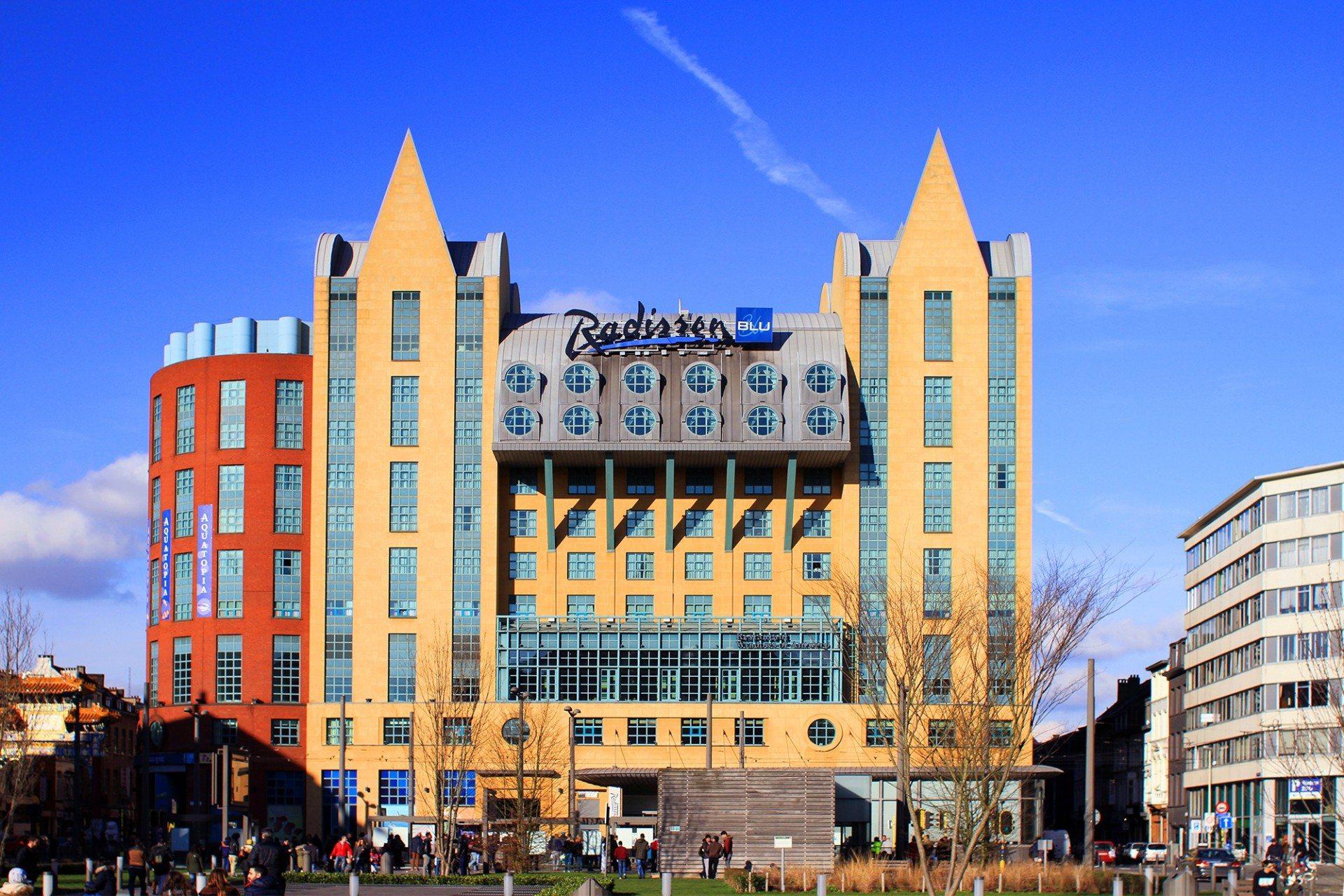 Legomäßig. Gegenüber des fabelhaften Hauptbahnhofs geht es bunt und a la Lego zur Sache. In dem 1997 errichteten postmodernen (Alb)traum befinden sich das Aquatopia Aquarium und das Radisson Blue Hotel Antwerpen.