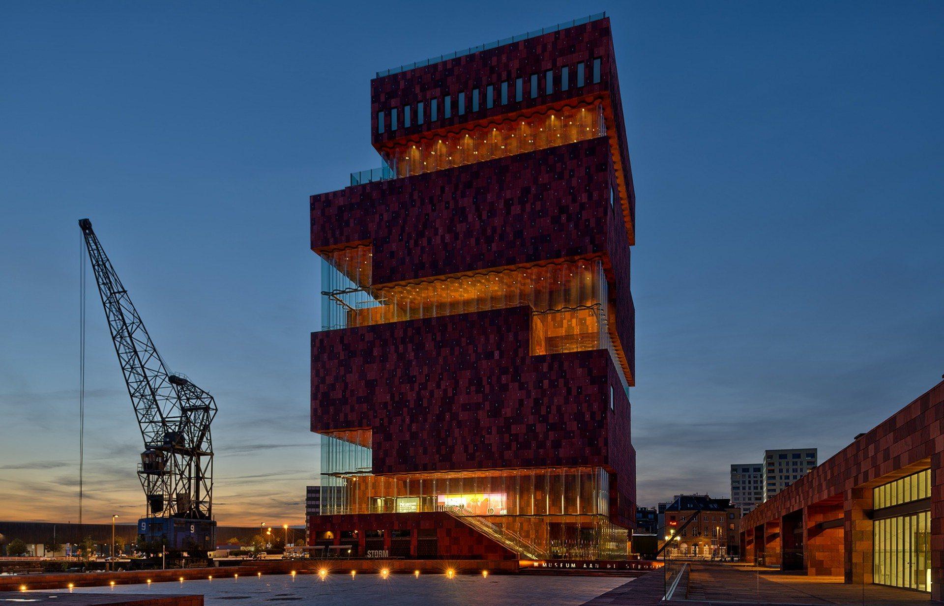 Kraftvoll. Das MAS wurde als sechzig Meter hoher Turm entworfen. Die Architekten stapelten zehn gewaltige Naturstein-Volumina übereinander. Der Museumsbau wird somit zur Metapher der schweren Geschichte der Stadt. Jedes Stockwerk des Turms wurde um ein Viertel gedreht, um eine Art Wendelgang zu schaffen.