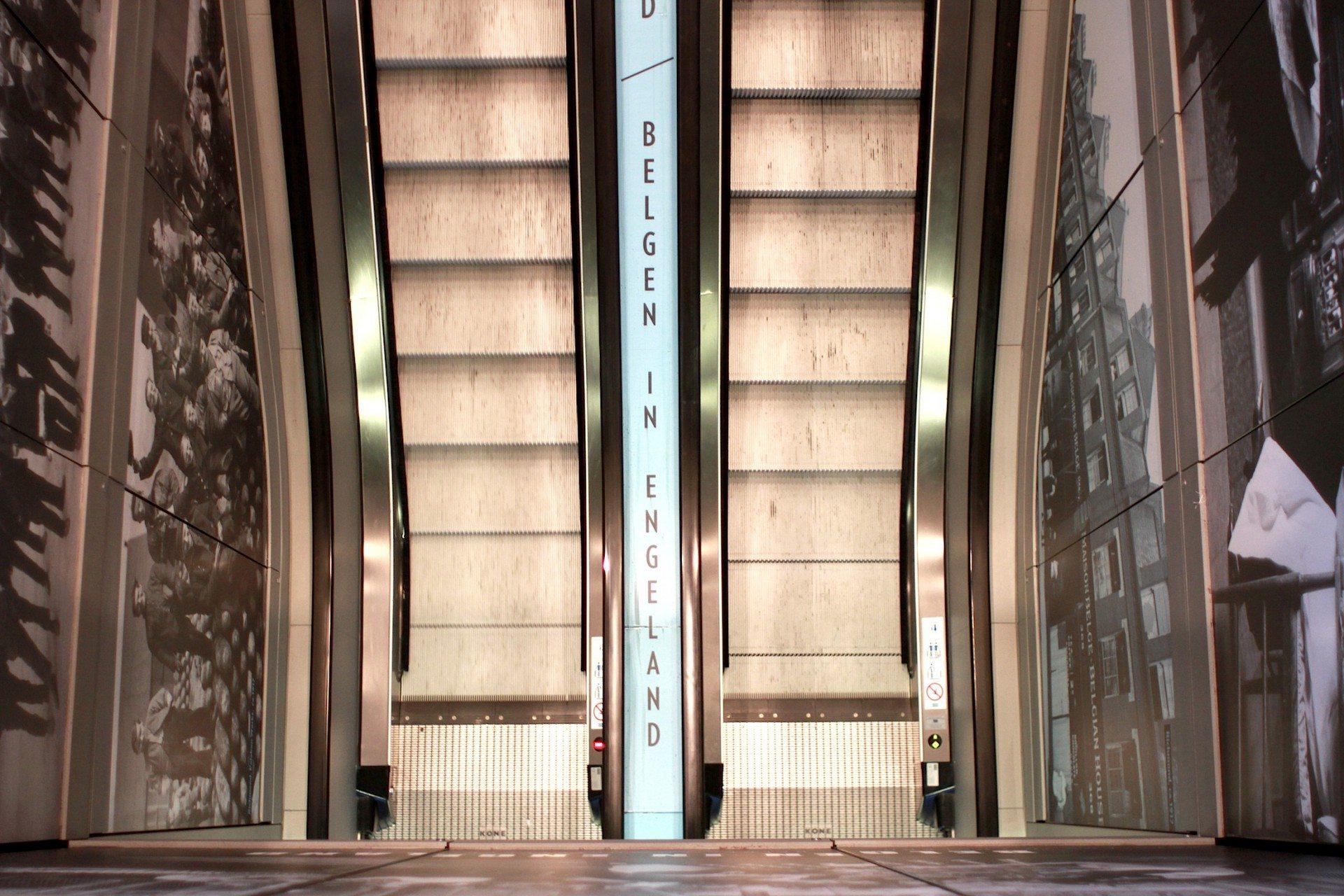 Bewegend. Rolltreppen führen im Inneren durch eine stadtgeschichtliche Galerie. Die Besucher werden entlang gläserner Vitrinen und heller Wände, auf denen abwechselnd bewegende Bilder und Texte angezeigt werden, bis zum Panoramadach geleitet.