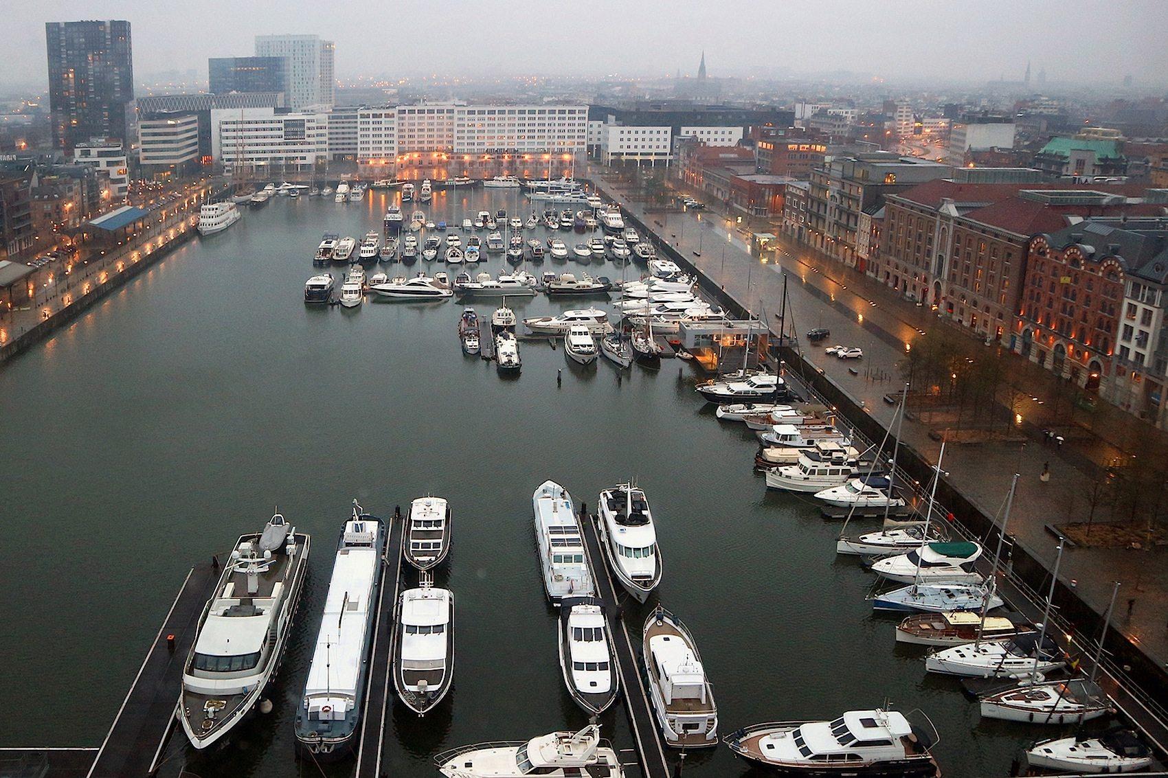 Historisch. Durch die gewellten Glasscheiben fällt der Blick hinunter auf die ältesten Docks der Stadt, den Willemdok und den Bonapartedok.