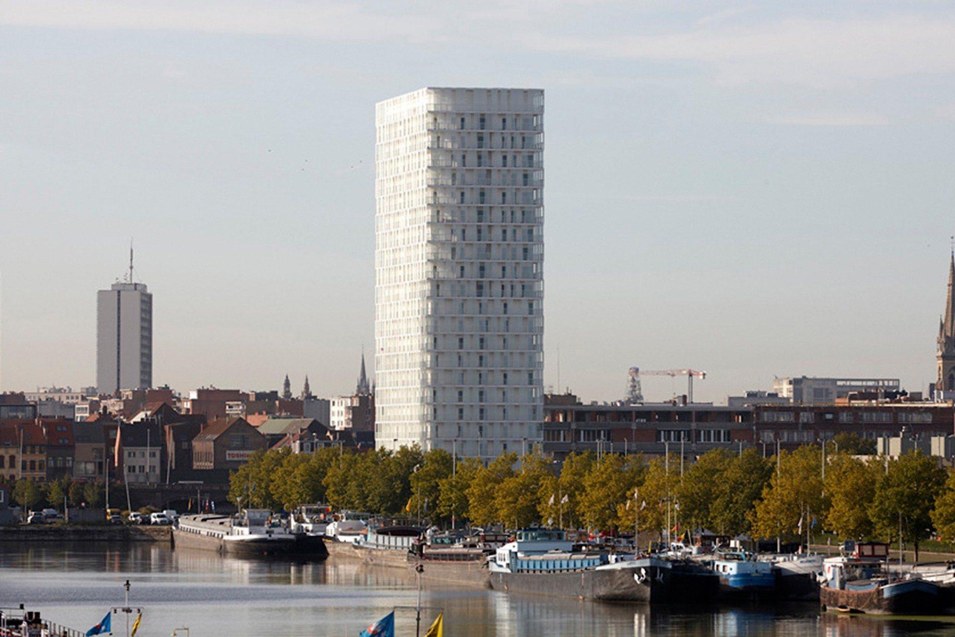 Strahlend. Am Rande des Eilandje erhebt sich der 78 Meter hohe, strahlend weiße Park Tower des belgischen Büros Studio Farris.
