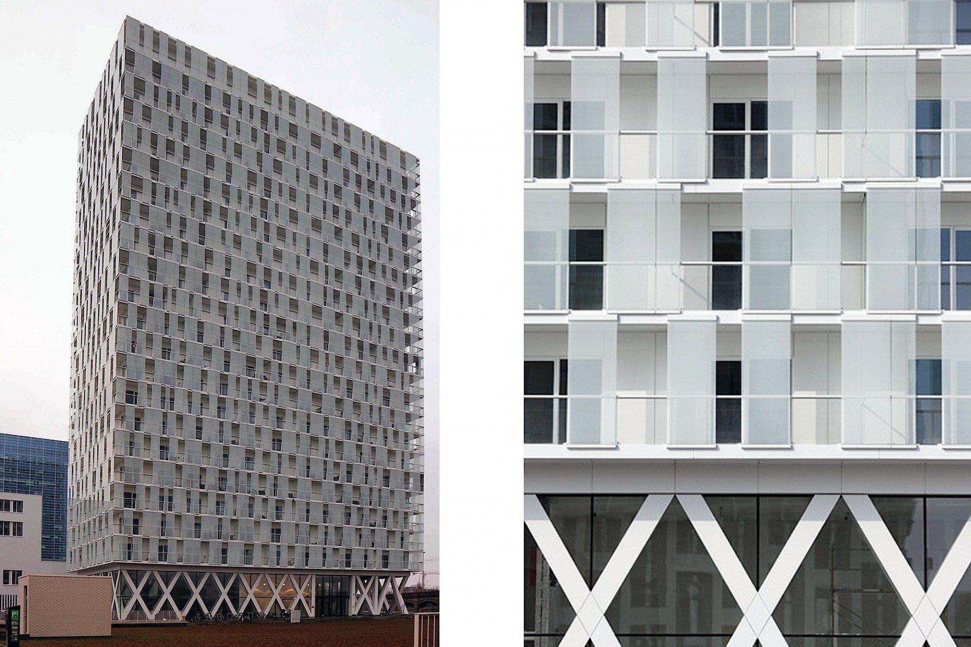 Plastisch. Oberhalb des Sockels mit x-förmig ausgebildeten Betonstützen sind die Ansichten der weithin sichtbaren Landmarke mit variierend angeordneten, weiß getönten Glaspaneelen verkleidet.