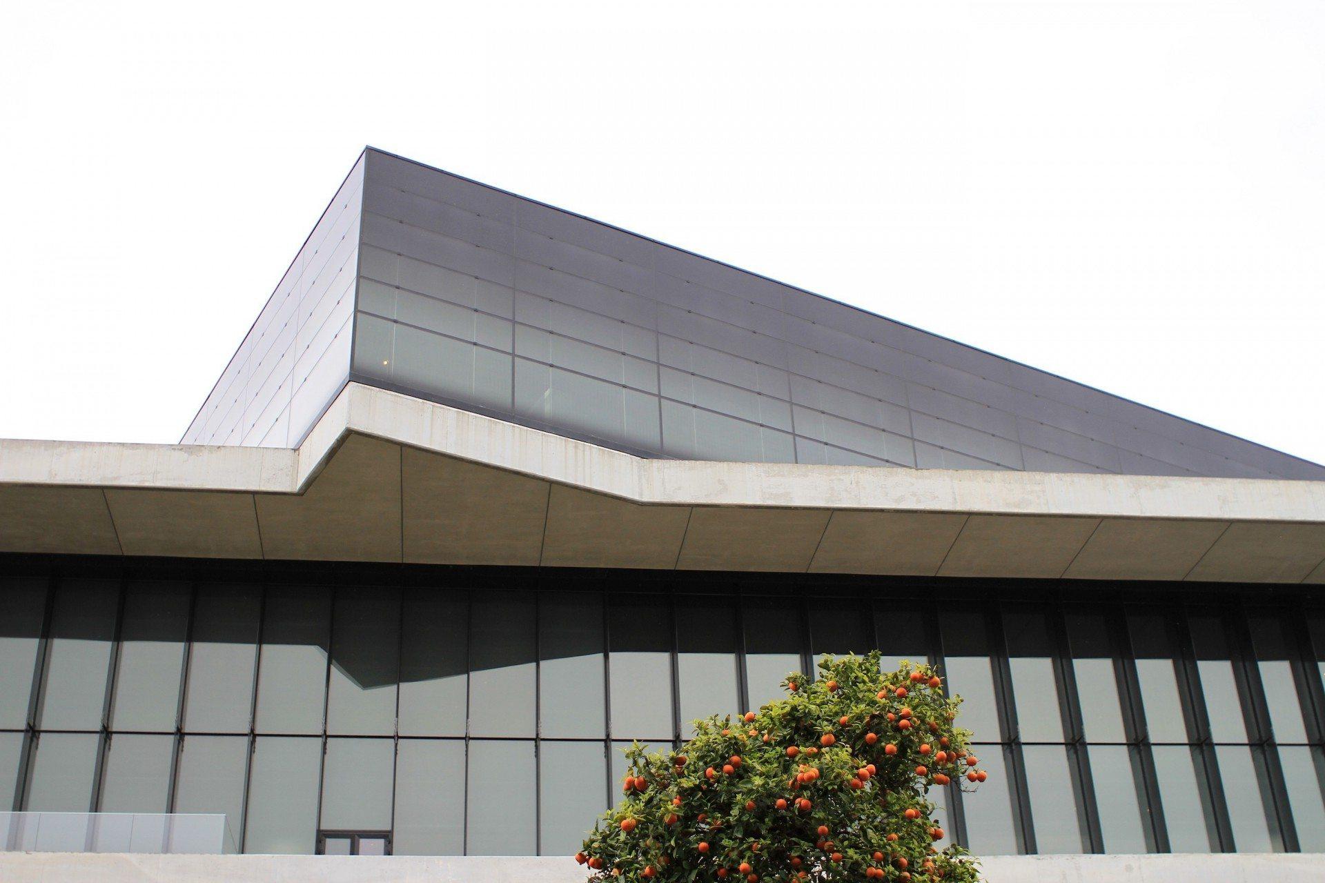 Gedreht.  Während die Fensterflächen der unteren Geschosse durch die Dachüberstände teilweise verschattet werden, ist die abschließend gedrehte Parthenon-Galerie mit einer zweischaligen Glasfassade versehen. Die erhitzte Luft wird durch Konvektion nach oben abgeführt, während kalte Luft von unten nachströmt.