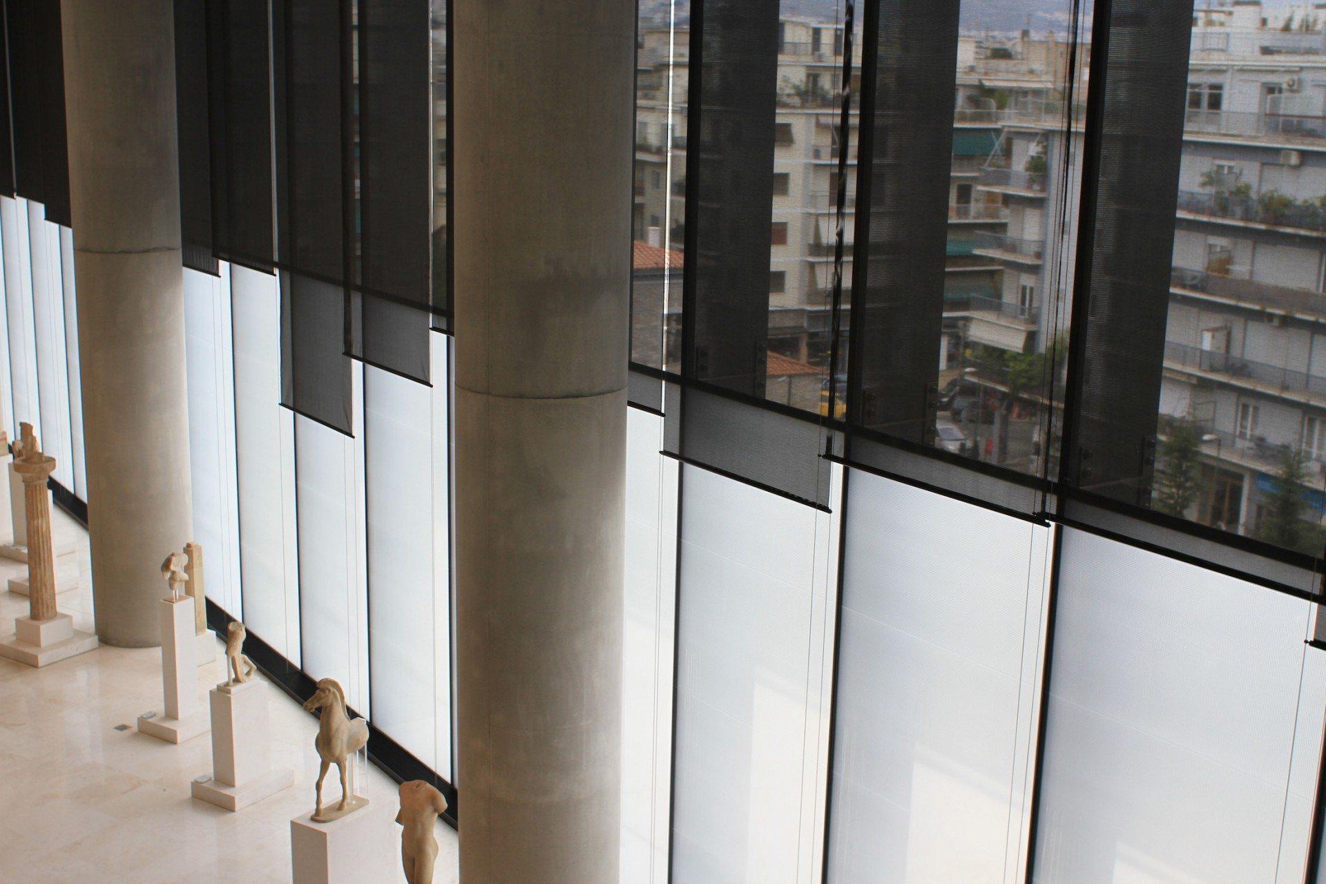 Fließend. Im Hauptausstellungsraum stehen die Exponate verstreut zwischen den hoch aufragenden Säulen. Die Besucher schreiten frei durch den Raum und können die Exponate von allen Seiten betrachten. Große Glasfronten lassen viel natürliches Licht in den Saal fallen. Der Umgang mit natürlichem Licht war einer der entscheidenden Entwurfsparameter.