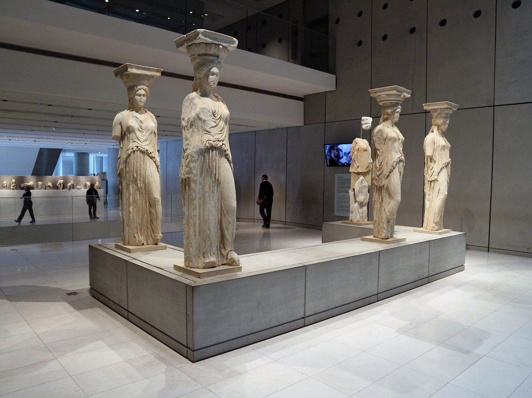 Allseitig. Die Karyatiden sind räumlich exakt so angeordnet, wie an ihrem ursprünglichen Standort am Erechteion. Die Kunstfertigkeit ihrer Schöpfer kann allerdings hier von allen Seiten betrachtet werden.