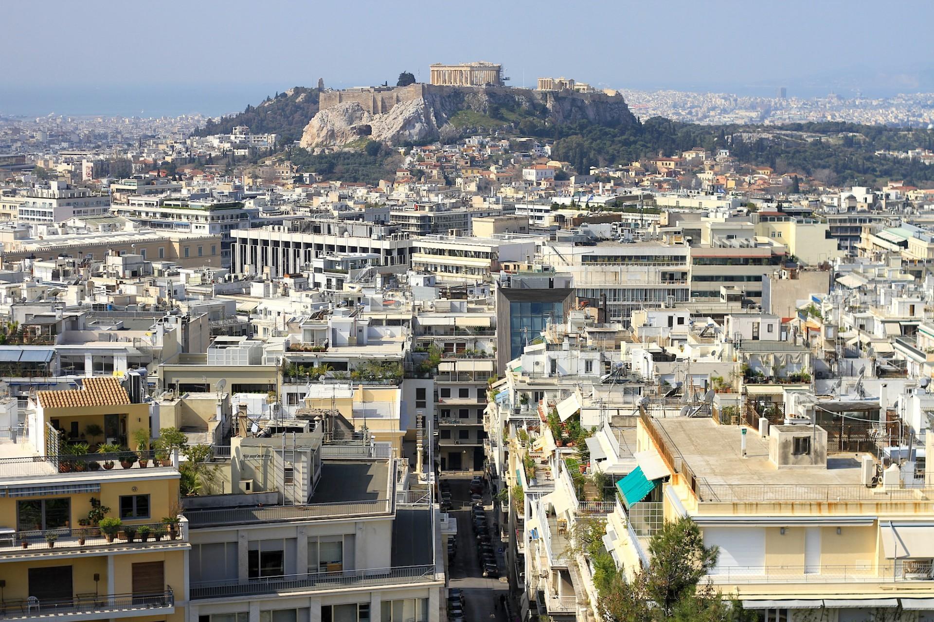 Städtisch.  Zu Fuß vom 277 m hohen Kalksteinfelsen Lykavíttos zur Akropolis sind es 45 bis 60 Minuten. Oder man nimmt die Metrolinie 2 bis zum Bahnhof Akropolis.
