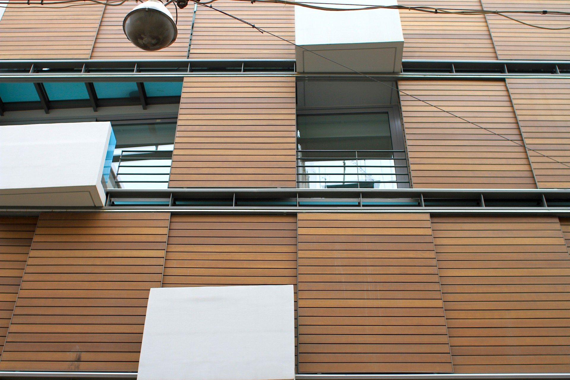 Schiebetechnik.  In den letzten Jahren sind eine Reihe neuer Büro- und Apartmenthäuser in Kolonaki entstanden –einige mit Neuinterpretationen der hiesen Markisenästhetik der Apartmenthäuser der Moderne.
