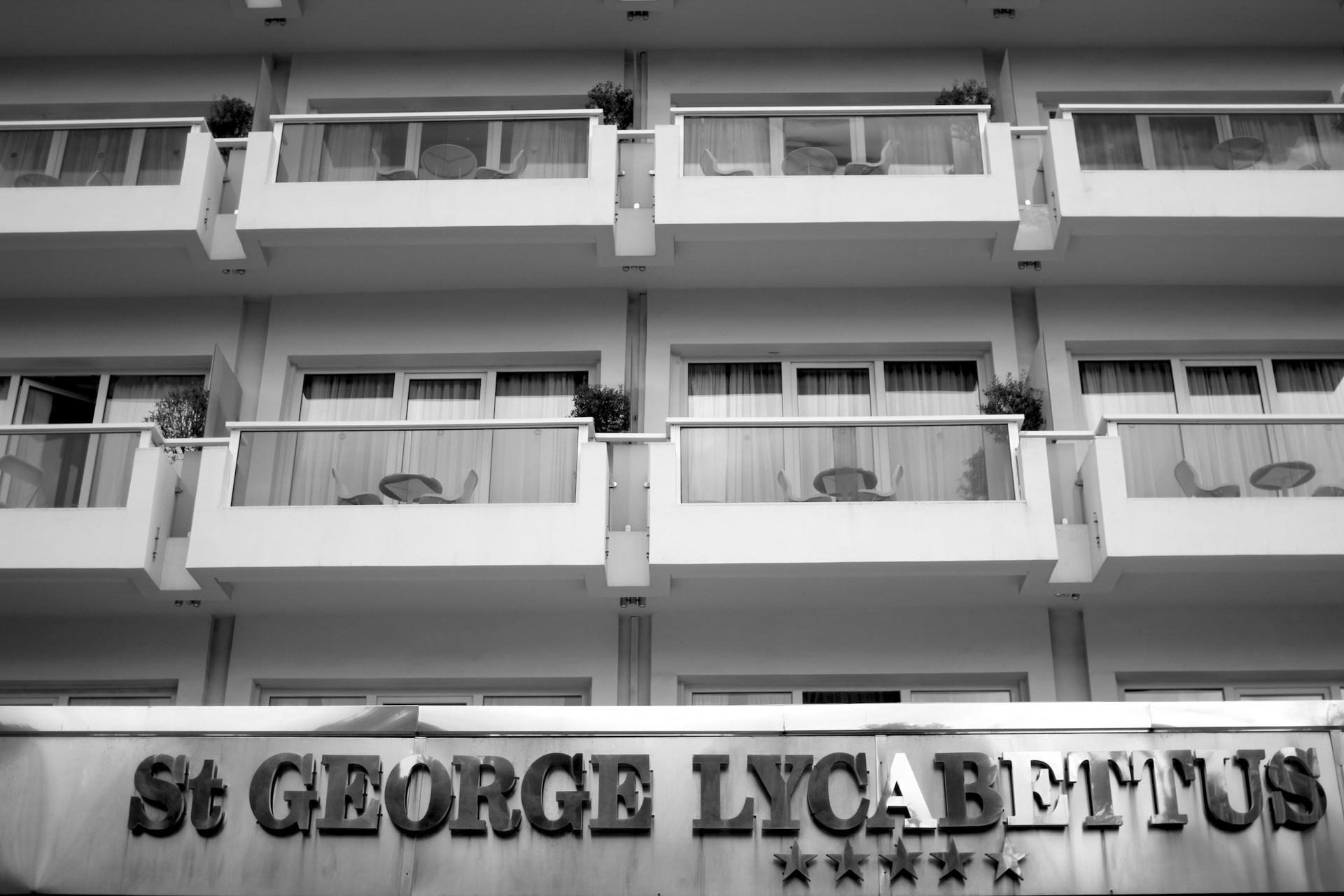 Zeitlos.  Das Hotel wurde 1975 eröffnet und hat seitdem zahlreiche Prominente und Politiker begrüßt. 2006 wurde es renoviert, aktuell finden weitere Umbaumaßnahmen statt.