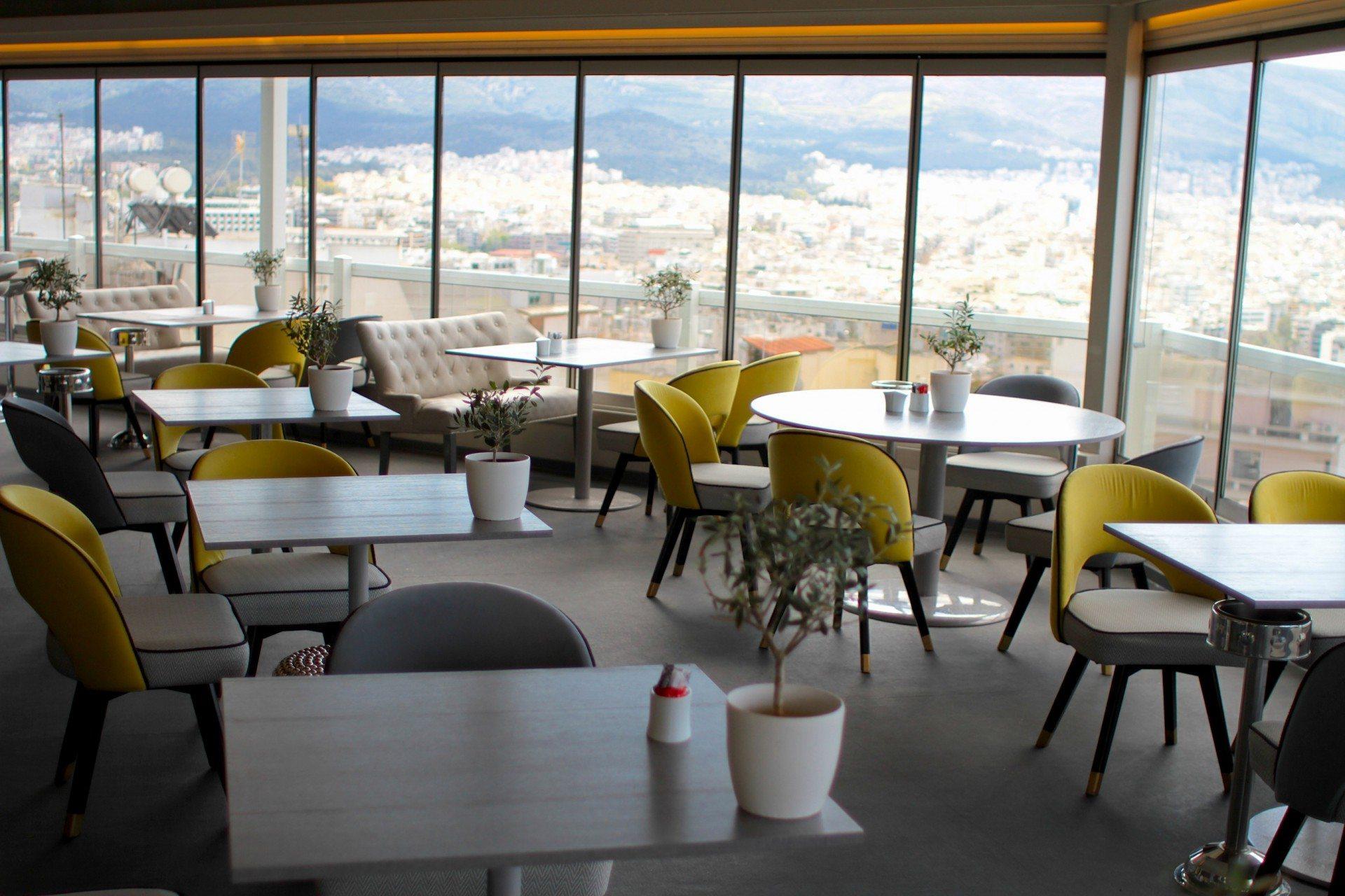 Perspektive.  Café, Restaurant und Frühstücksraum im 6. Stockwerk mit einem der besten Ausblicke auf Athen.