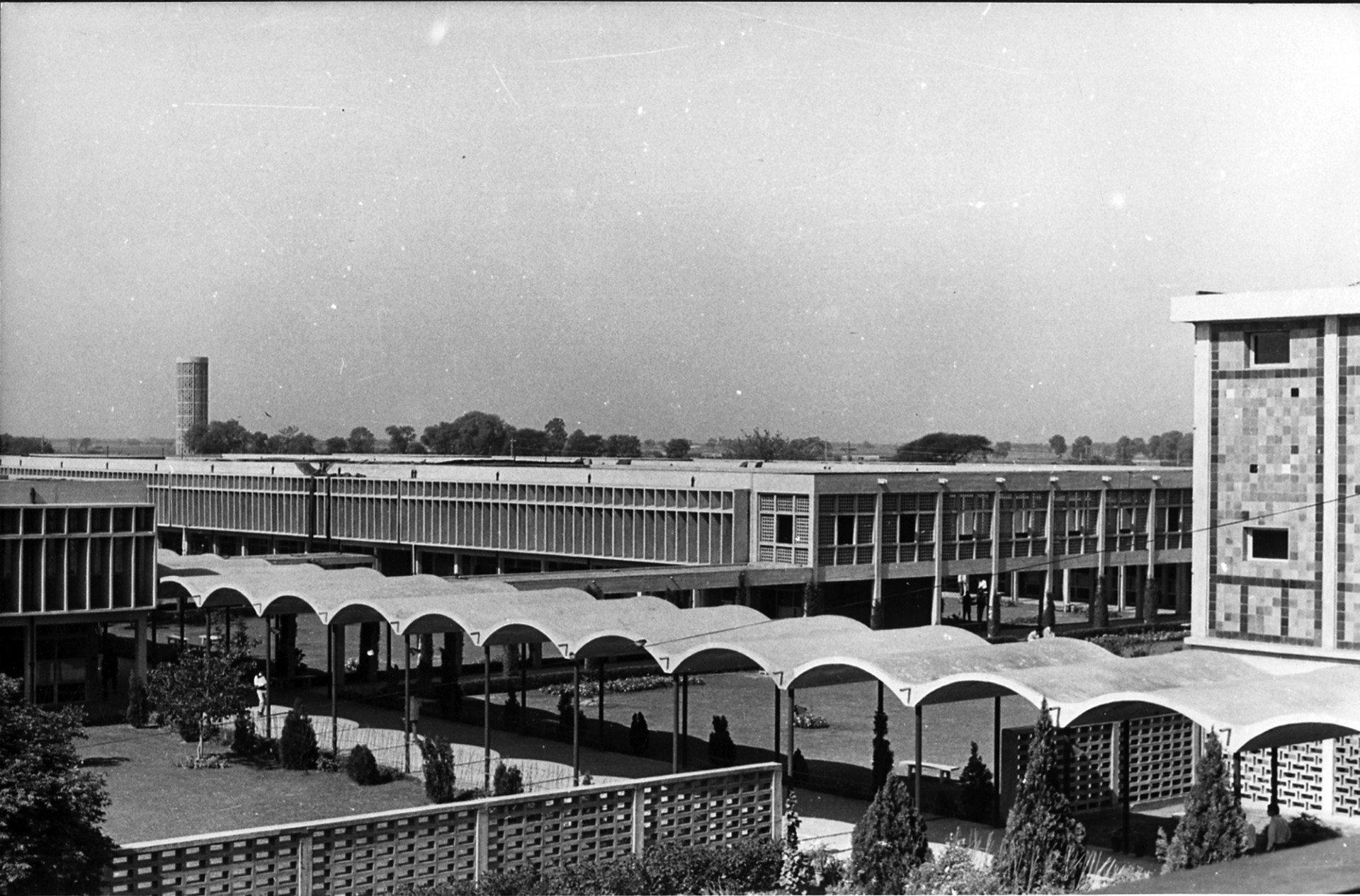 University of Panjab.  Ein zentraler überdachter Weg verbindet die einzelnen Institute des weitgehend autofreien Campus.