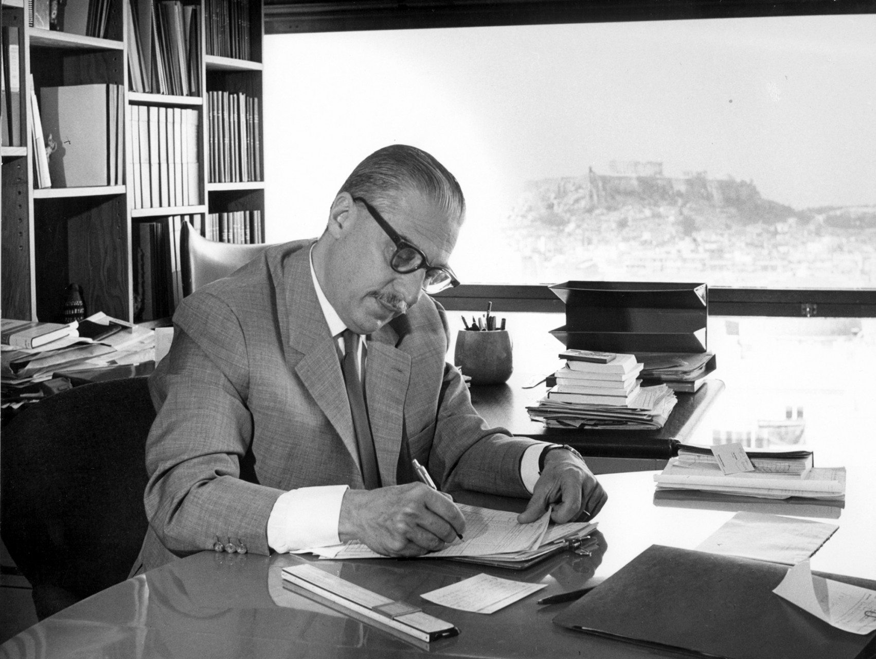 Porträt. C. A. Doxiadis in seinem Athener Büro