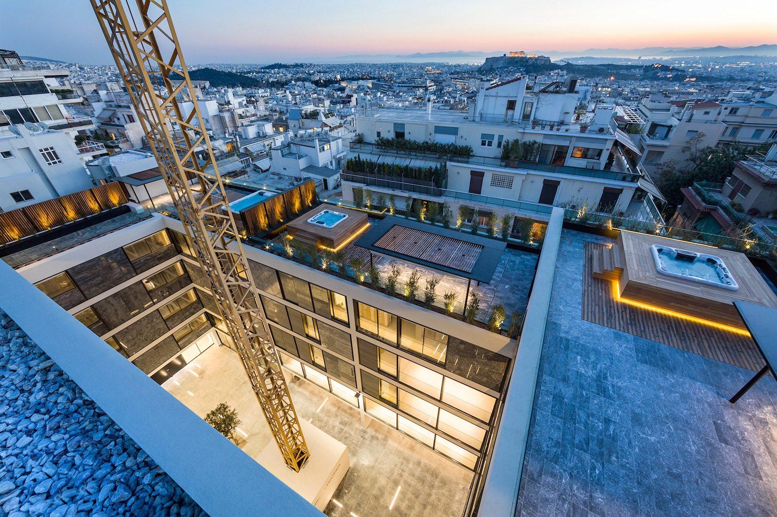 Spa-Landschaft. Von den vielen Dachterrassen mit Jacuzzis fällt der Blick einerseits auf die Stadt und die Akropolis ...