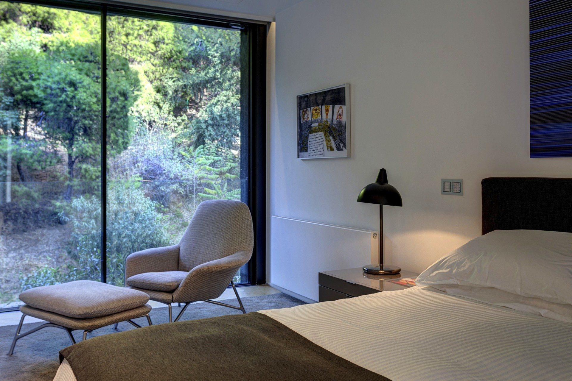 Lichteinfall. Durch die raumhohen Verglasungen fällt viel natürliches Licht in die Wohnräume.