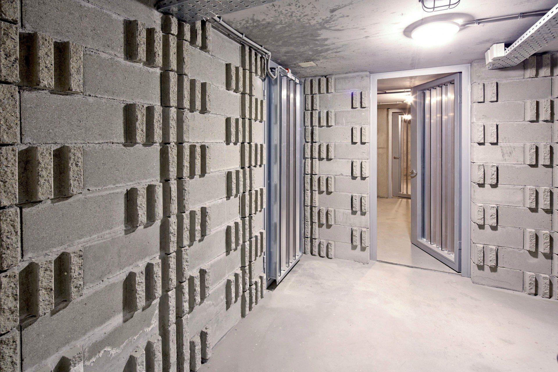 Luftspeicher.  Poröse Oberflächenstrukturen der Kellerwände erhöhen die Luftkapazität.