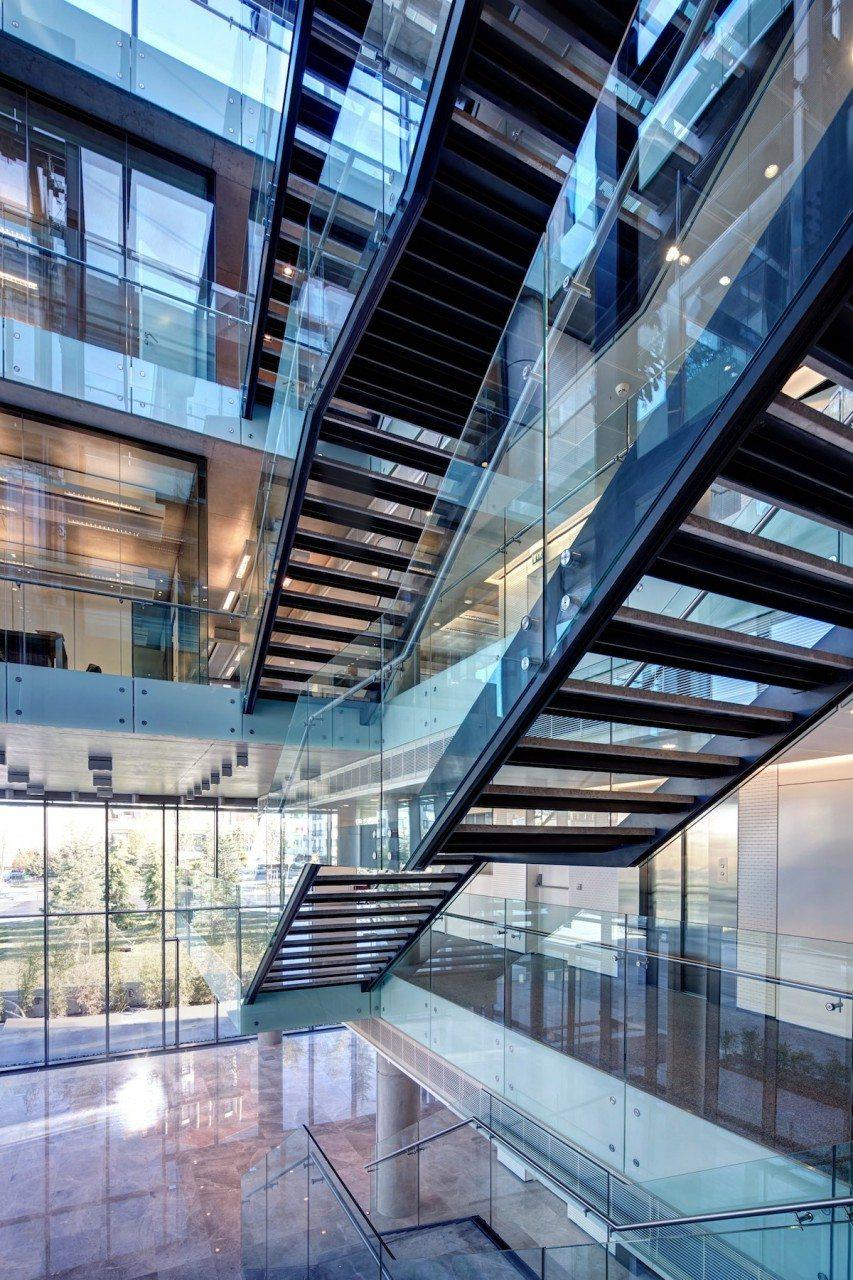 Treppenhaus.  Kunst am Bau: das gläserne Treppenhaus.