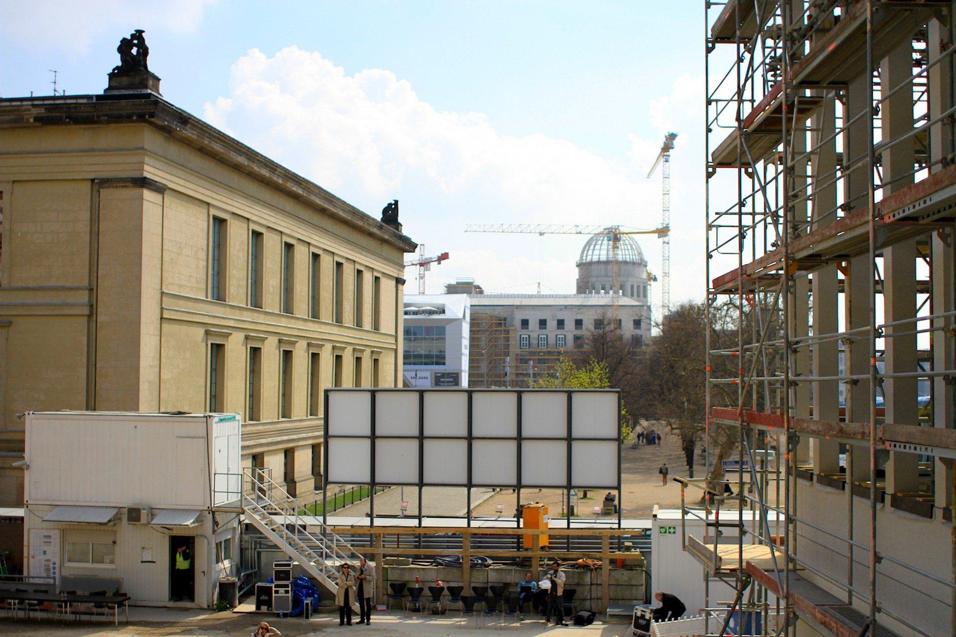 Nah. Der Blick von der Freitreppe auf das Alte Museum, den Lustgarten und das Humboldt-Forum.