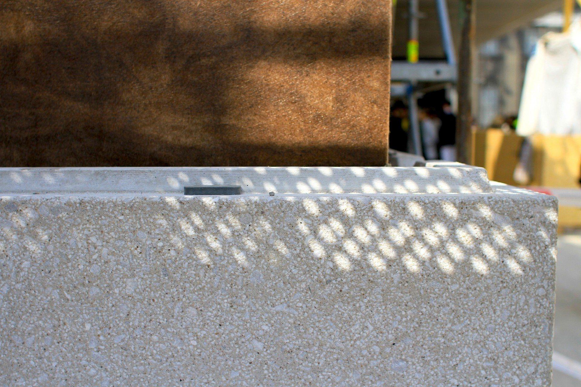 """Tonal. """"Die Natursteinzuschläge im Betonwerkstein binden die James-Simon-Galerie tonal in die Materialvielfalt der Kalkstein-, Sandstein- und Putzfassaden der Museumsinsel ein"""". Erklärung David Chipperfield Architects"""