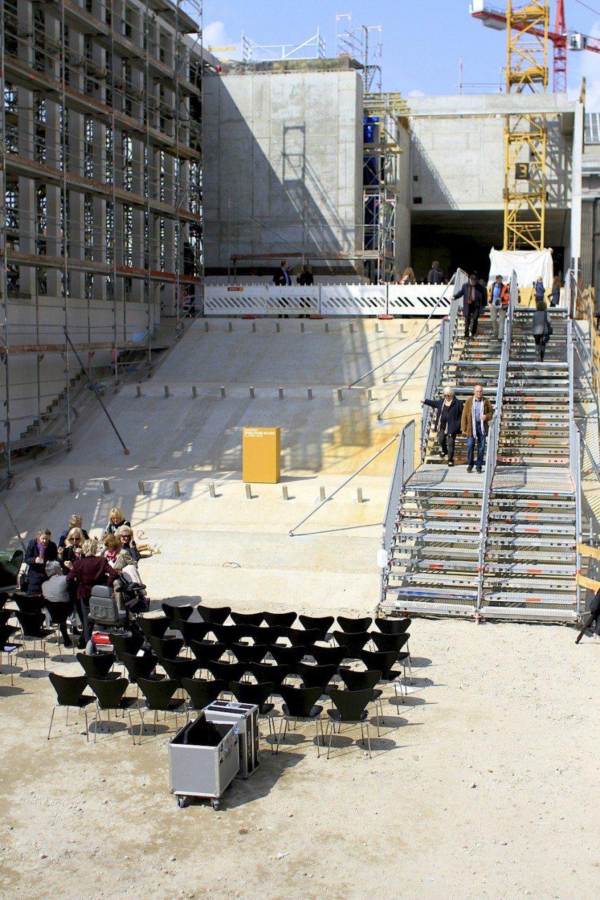 """Hinab. """"Großmaßstäbliches Eingangsmotiv zum Lustgarten und Hauptzugang."""" – David Chipperfield Architects"""