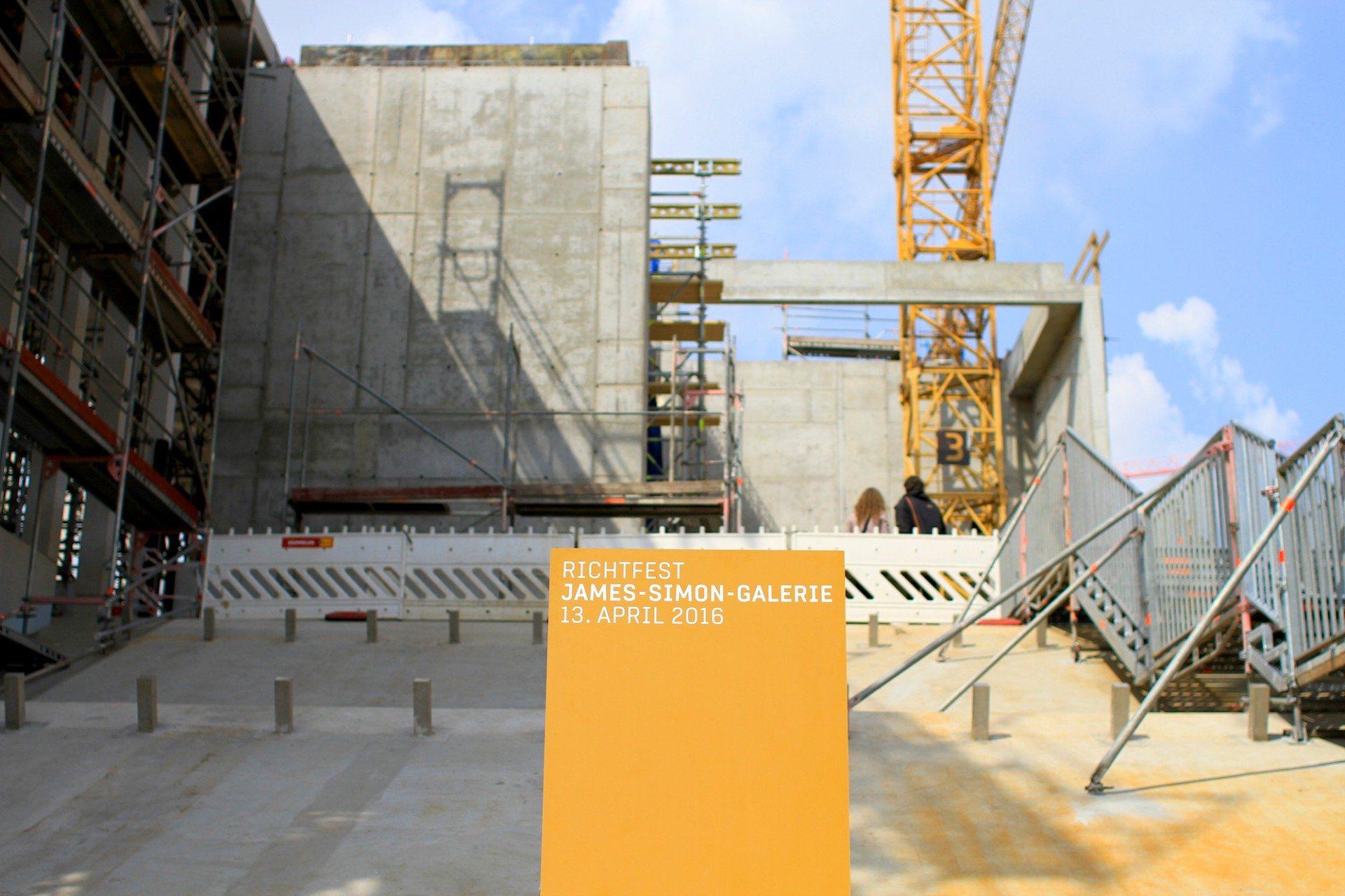 Hinauf.  Die breite Freitreppe an der südlichen Stirnseite des Baukörpers.