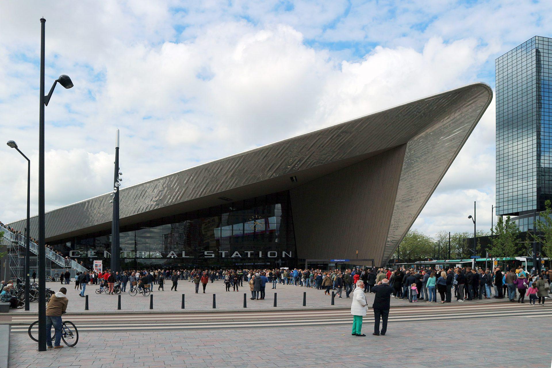 Centraal Station. Das gefaltete Dach ragt dramatisch in den Stadtraum, ordnet diesen neu. Der Platz ist heute ein beliebter Treffpunkt auch bei zugigem Wetter.