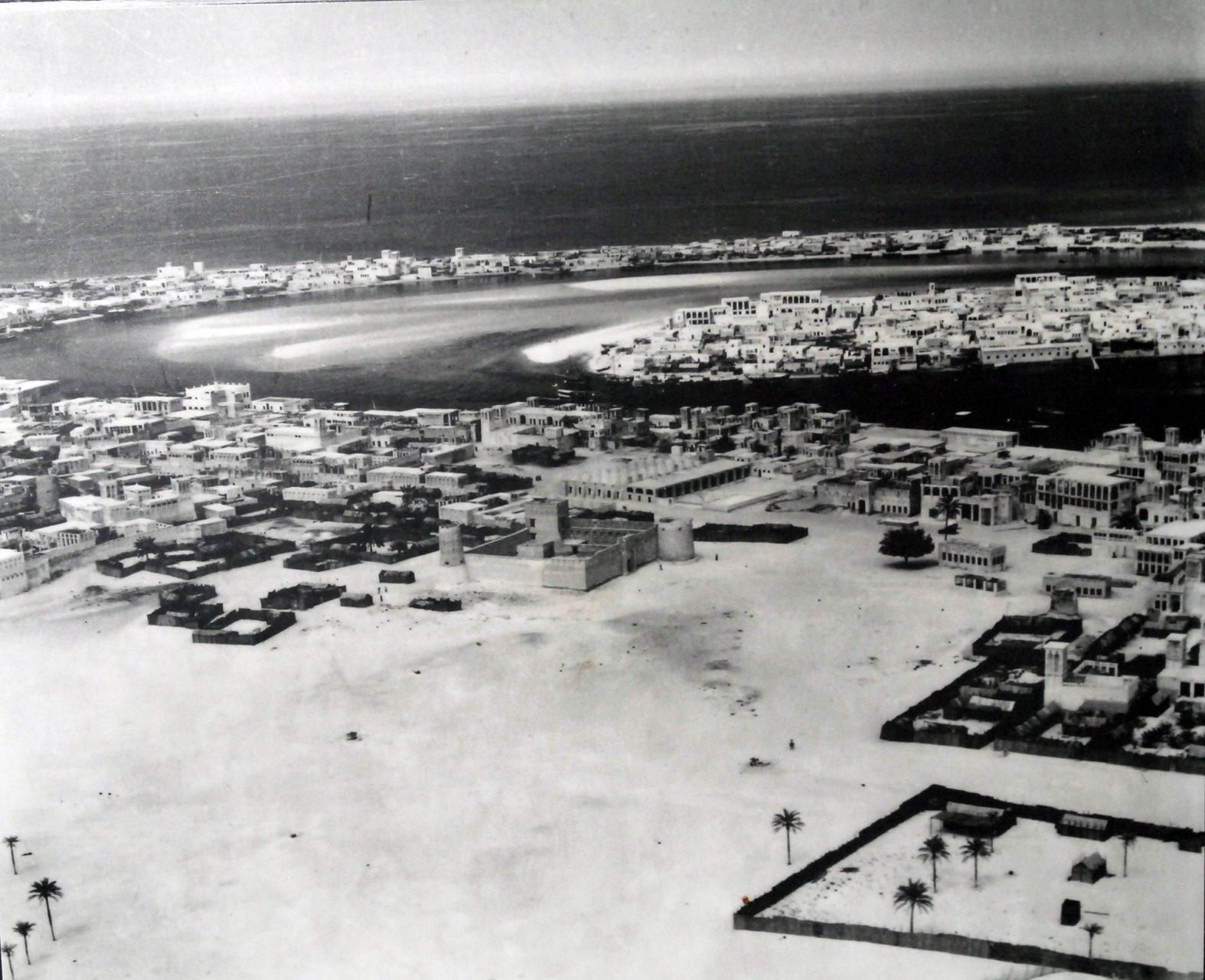 Dubai. Um 1930 hatte Dubai etwa 20.000 Einwohner, von denen etwa 25 Prozent Einwanderer waren.