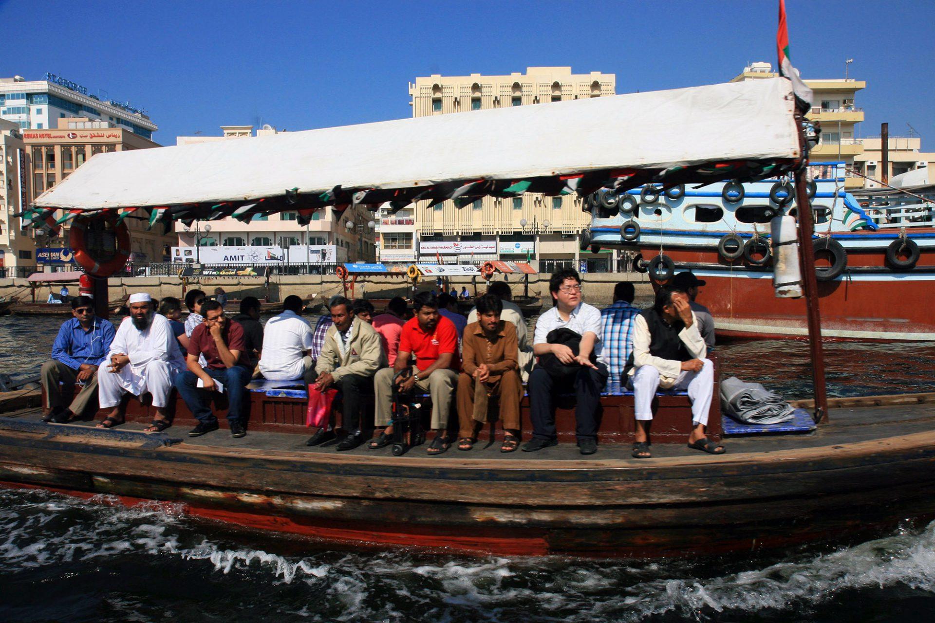 Abras. Es sitzt sich gut auf den hölzernen Wassertaxis, die unentwegt zwischen den Ufern pendeln. Etwa 20 Personen finden auf der sonnengeschützen Bank Platz – immer umweht von einer leichten Brise.