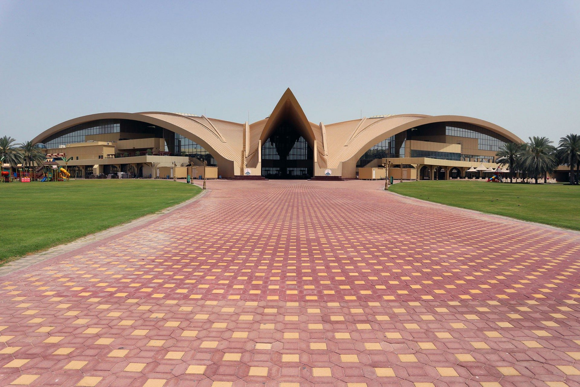 """Weitläufig. Auf den begrünt-befestigten Flächen des kreisrunden """"Club Garden"""" finden wechselnde Veranstaltungen statt, und es ist reichlich Platz zum Spielen. Die Fünfsterneanlage wurde auf dem Arabian Travel Market in Dubai 2016 mit dem """"Best Family Destination Award"""" ausgezeichnet."""