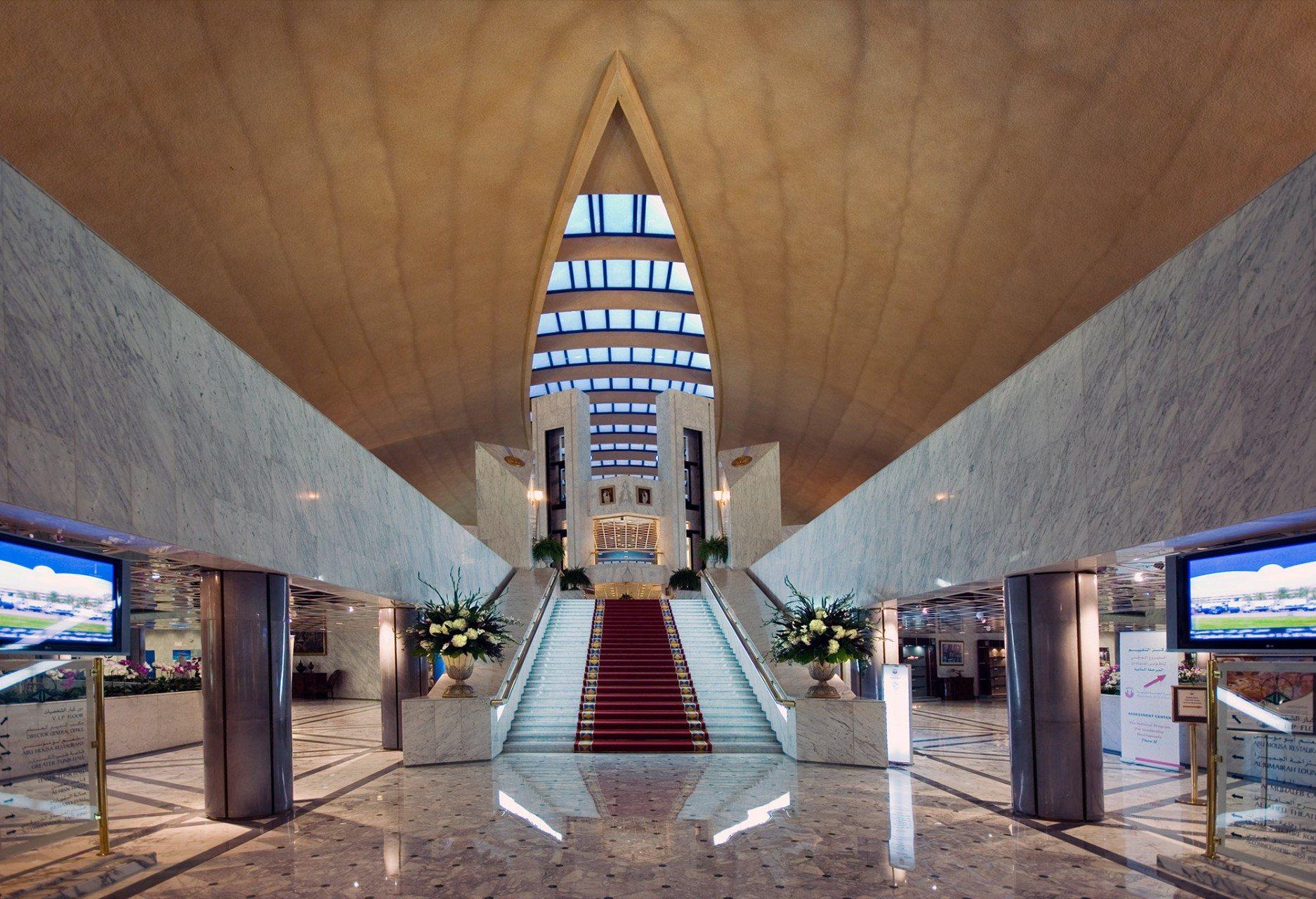 Ausgeglichen. Die symmetrische Lobby des zentralen Empfangsbereichs.