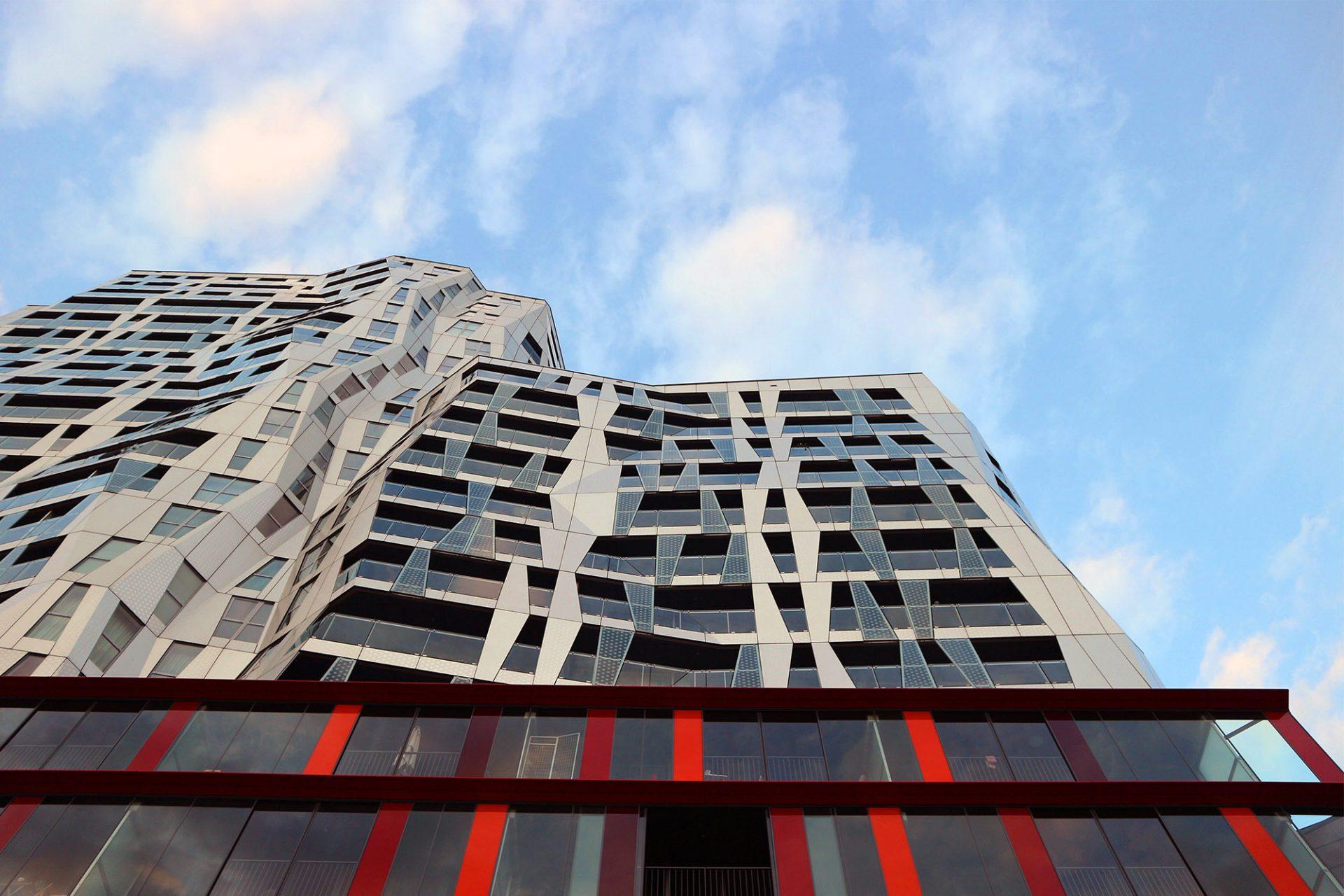 Calypso. Die Fassade ist lediglich mit Paneelen aus Rot- und Grauabtönungen verkleidet. Die Wände des Innenraums sind nicht geneigt.