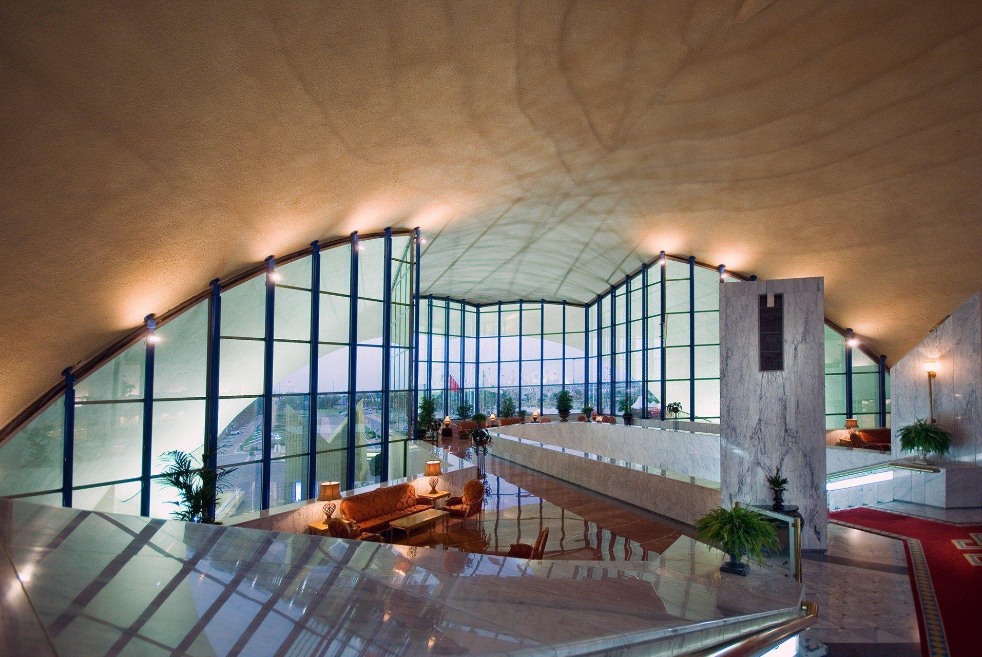 Kontrastreich.  Unter den Betonschalen dominieren Glas, Marmor ...