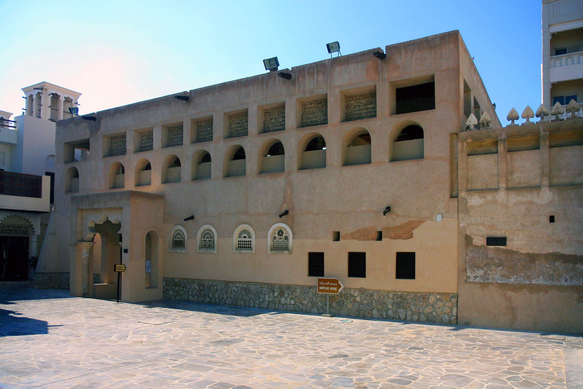 Al Ahmadiya School. Die erste Schule Dubais wurde 1912 gegründet und als traditionelles Lehmgebäude errichtet. Noch bis 1962 wurden hier um die 800 Schüler in 21 Schulklassen unterrichtet.