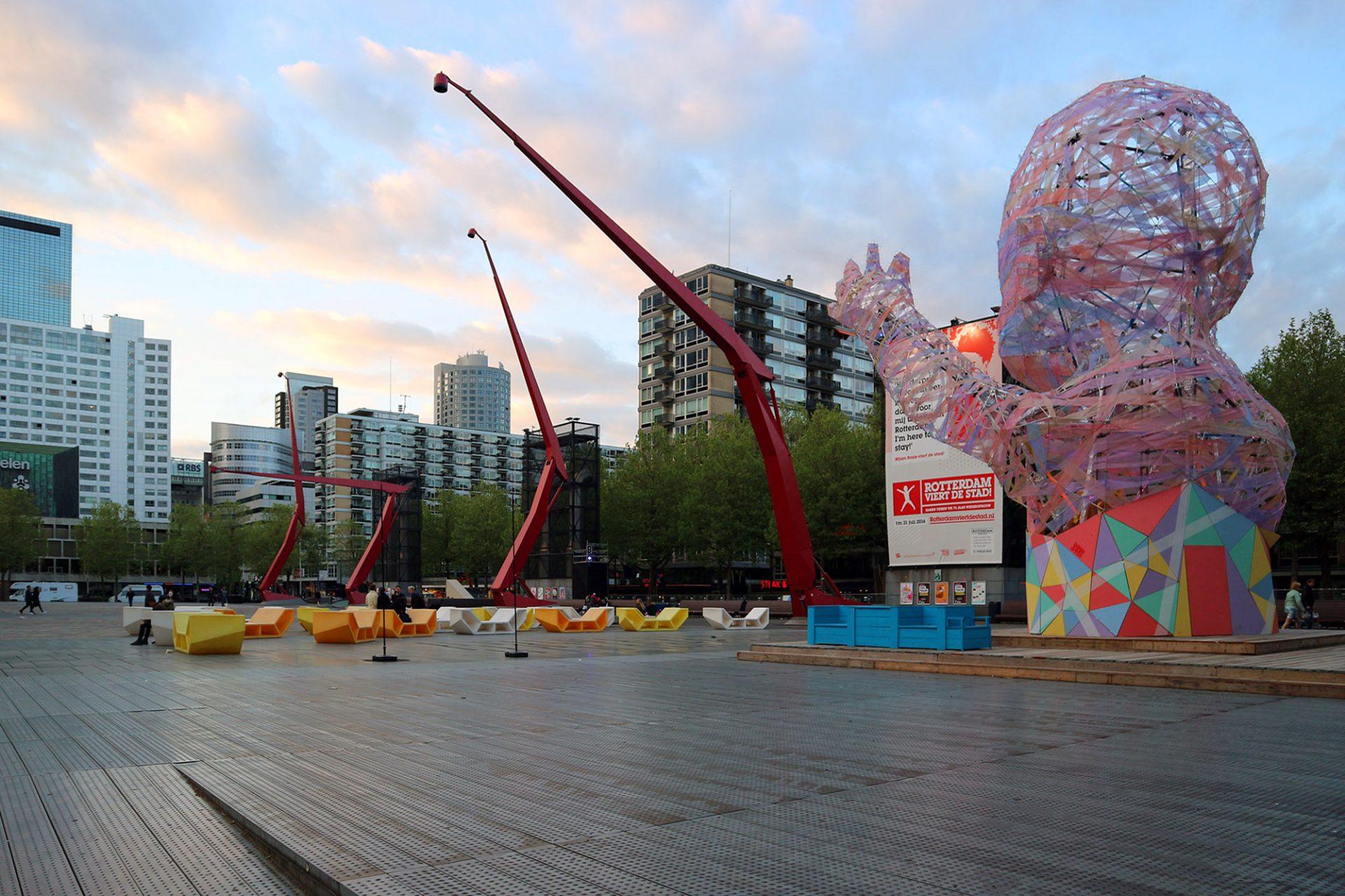 07_Schauwbourgplein 01 © Hendrik Bohle. Je nach Wetterlage verleiht der reflektierende Metallboden dem Platz eine besondere Atmosphäre.