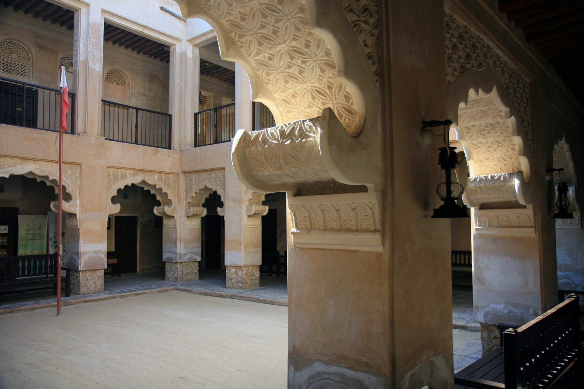 """Al Ahmadiya School. Zwölf Klassenzimmer umschließen einen zentralen Innenhof. Nach einer sorgfältigen Restaurierung wurde die Lehranstalt 1994 als """"Museum of Education"""" wiedereröffnet."""