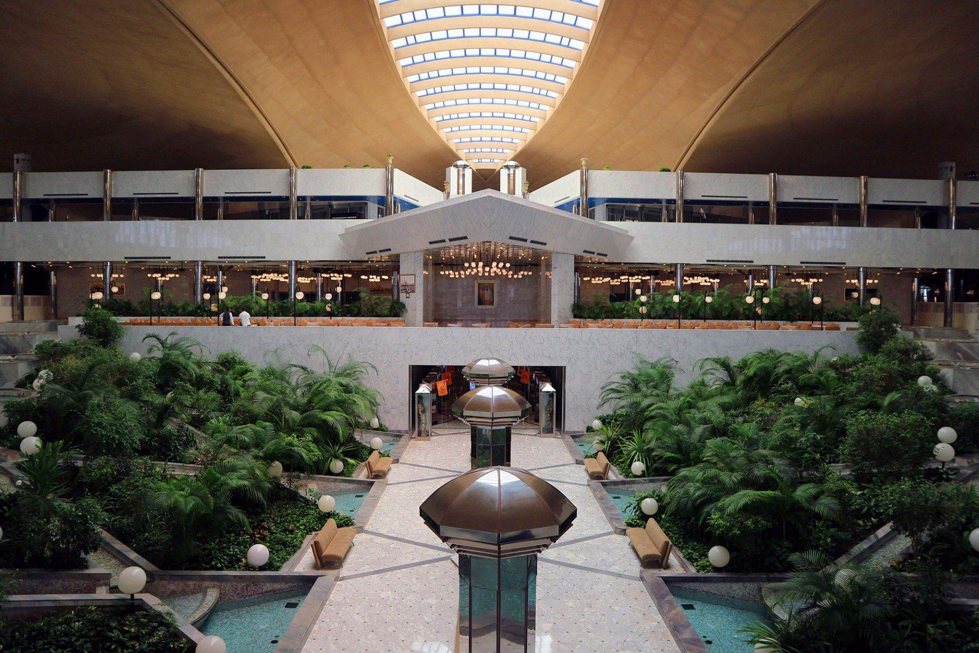 """Thematisch.  Die verschiedenen Veranstaltungsräume tragen Namen bedeutender emiratischer Orte und Bauten. Die """"Hafeet Terrace"""" verweist bildhaft auf die bedeutende Oase Al Ain. Die Heimat des Staatsgründers Sheikh Zayed Bin Sultan Al Nayan liegt an der Grenze zum Oman am Fuße des Jebel Hafeet, eine der höchsten Erhebungen des Landes."""