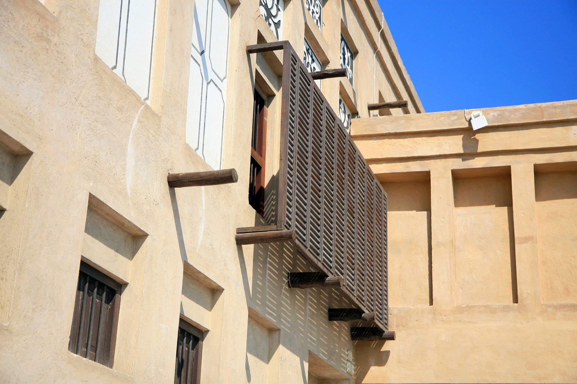 Jumaa and Obaid Bin Thani House. Das Haus wurde 1916 errichtet und befindet sich in direkter Nachbarschaft zum Saeed Al Maktoum House. Die Anlage hat wegen seiner Menge an architektonischen Details einen besonderen historischen und künstlerischen Wert, wie beispielsweise der traditionelle hölzerne Sicht- und Sonnenschutz (Mashrabiya).
