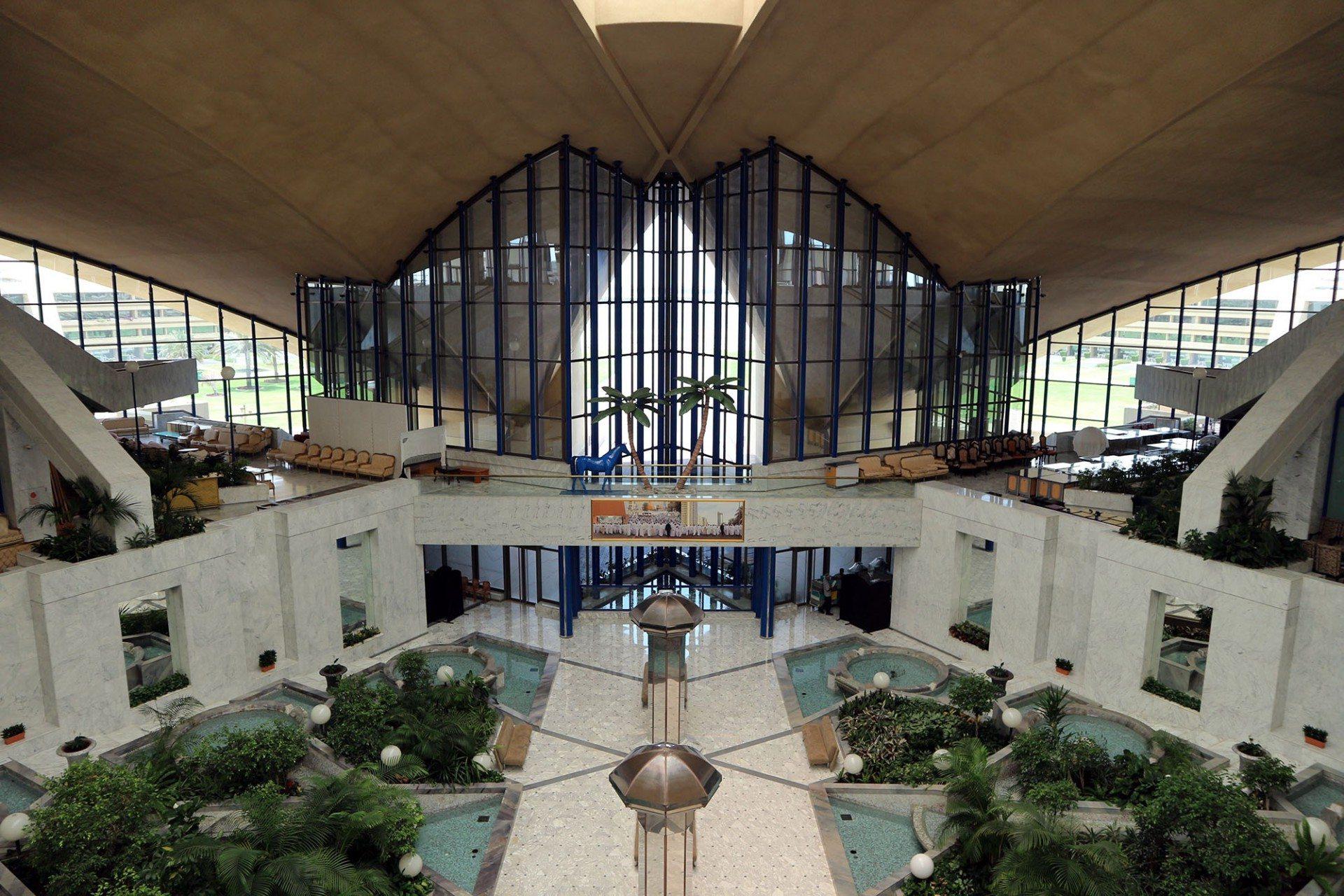 """Aussichtsreich. ... hinunter in die terrassierte Lobby zum """"Club Garden""""..."""